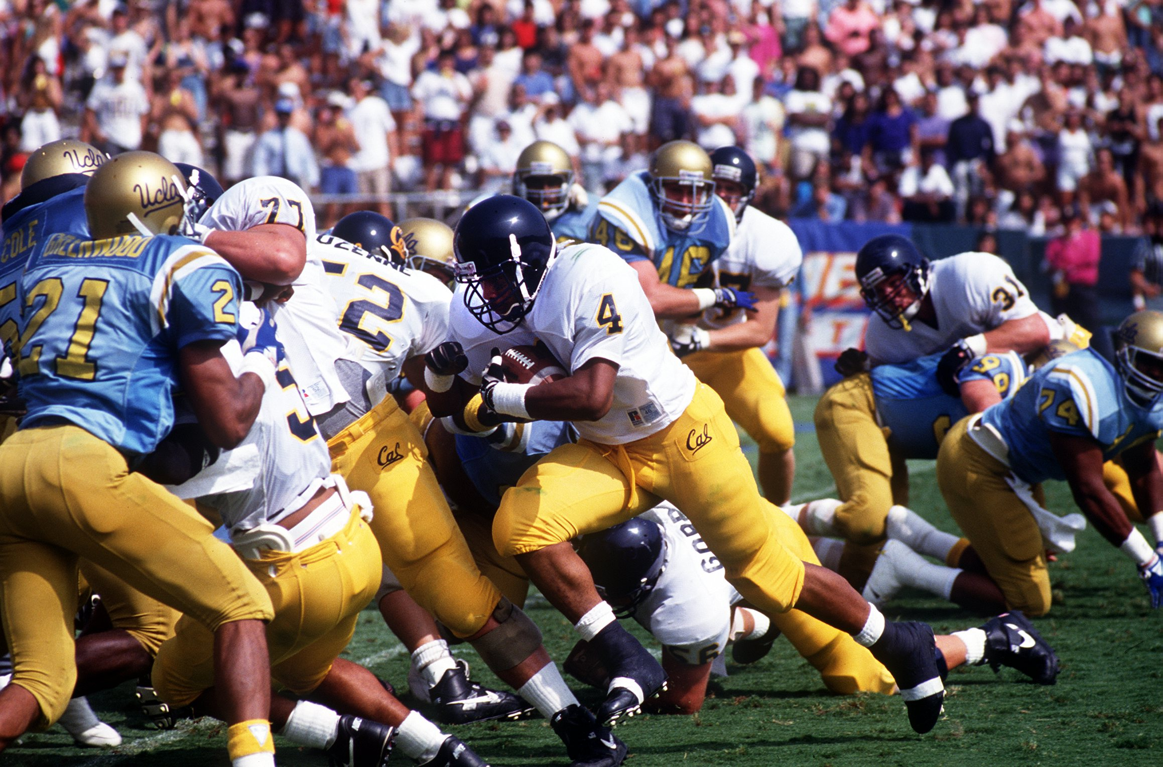 5 OCT 1991:  CAL RUNNING BACK RUSSELL WHITE CARRIES THE FOOTBALL INTO THE LINE OF SCRIMMAGE, LOOKING FOR AN OPEN HOLE, DURING THE GOLDEN BEARS 27-24 VICTORY OVER THE UCLA BRUINS AT THE ROSE BOWL IN PASADENA, CALIFORNIA. Mandatory Credit: Ken Levine/ALLSPO