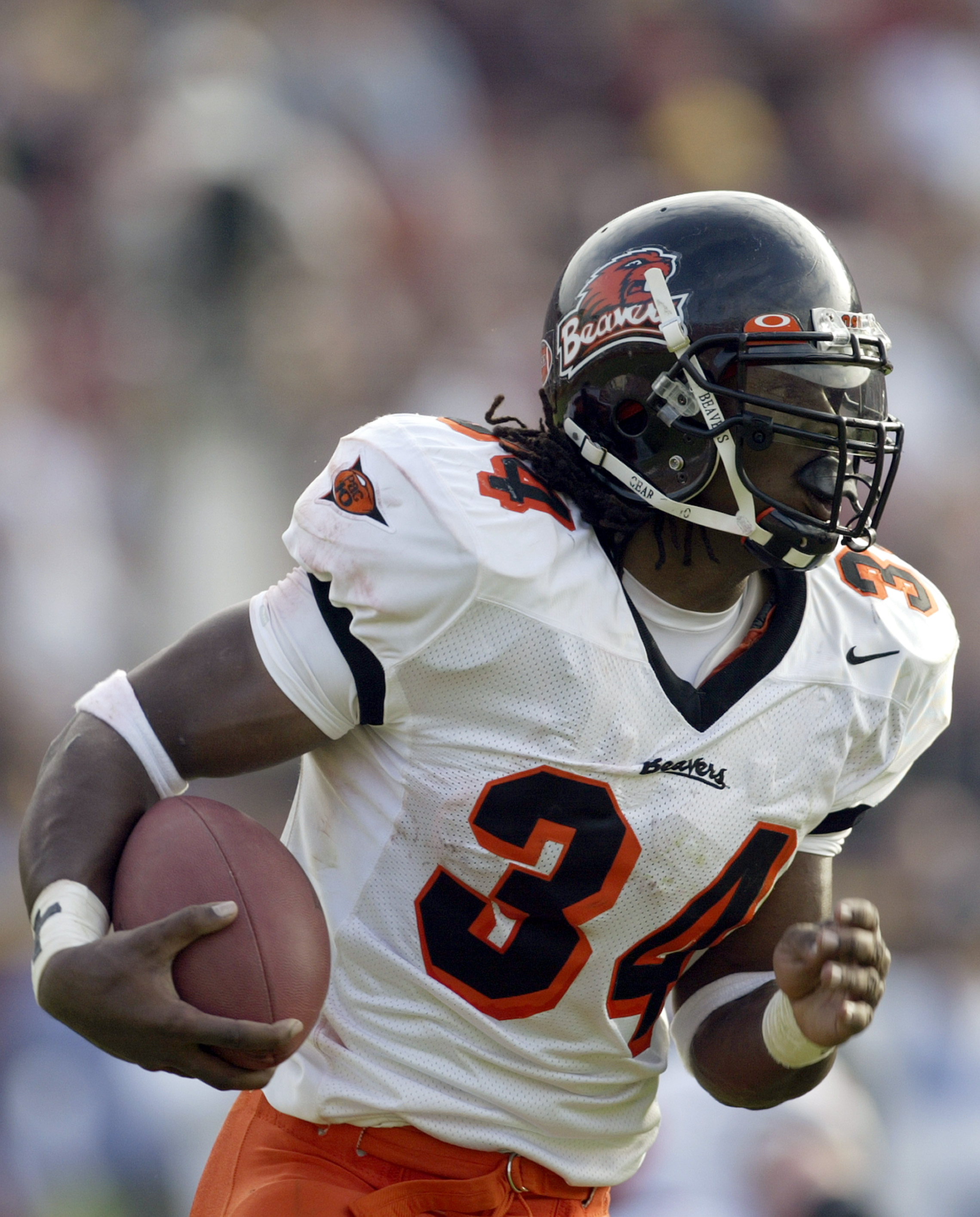 LOS ANGELES, CA - DECEMBER 6:  Running back Steven Jackson #34 of the Oregon State Beavers runs the ball during the game against the University of Southern California Trojans on December 6, 2003 at the Los Angeles Coliseum in Los Angeles, California. USC