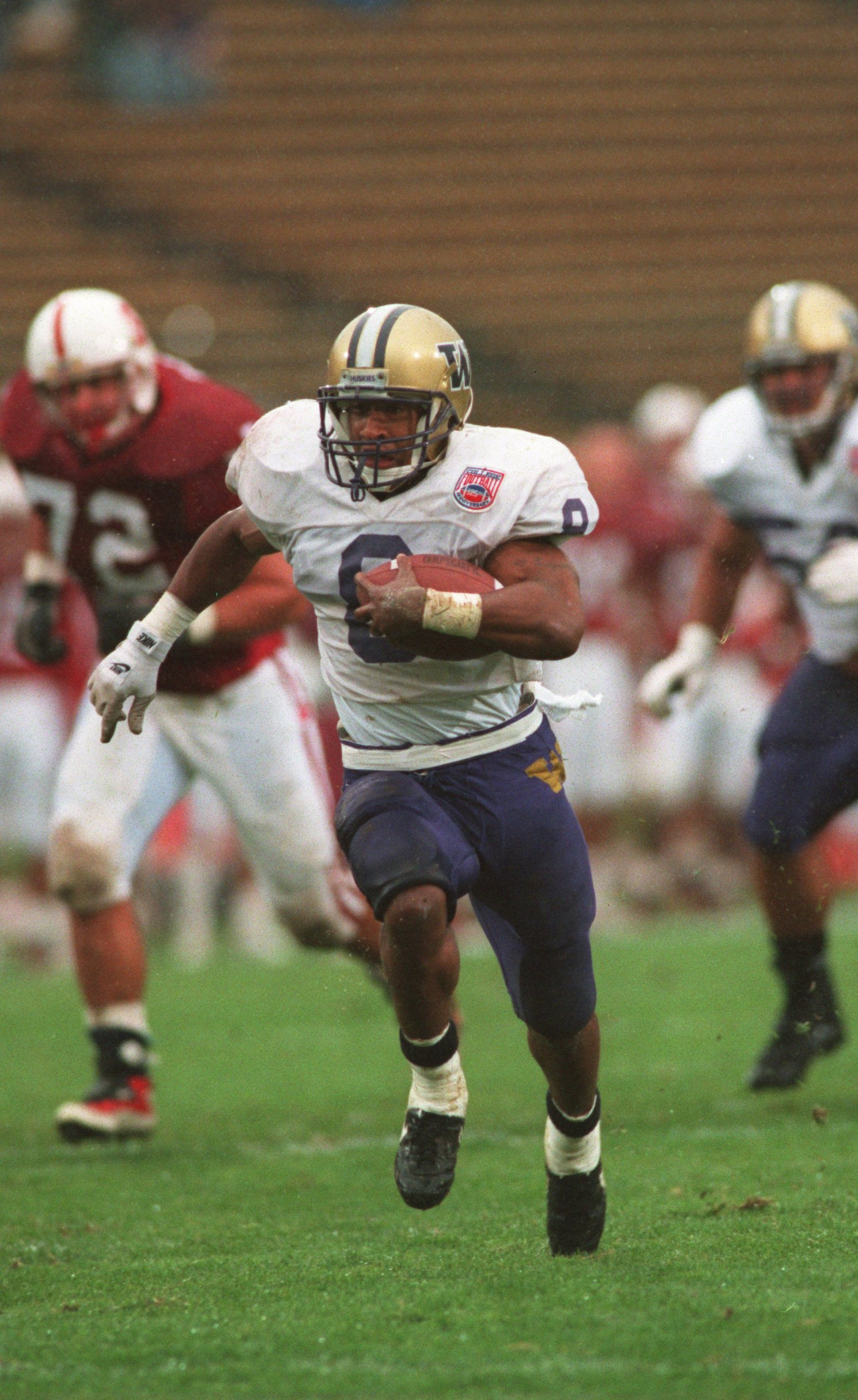 5 Nov 1994: UNIVERSITY OF WASHINGTON RUNNING BACK NAPOLEON KAUFMAN CARRIES THE FOOTBALL DURING THE HUSKIES 46-28 LOSS TO THE UNIVERSITY OF STANFORD AT STANFORD STADIUM IN STANFORD, CALIFORNIA.