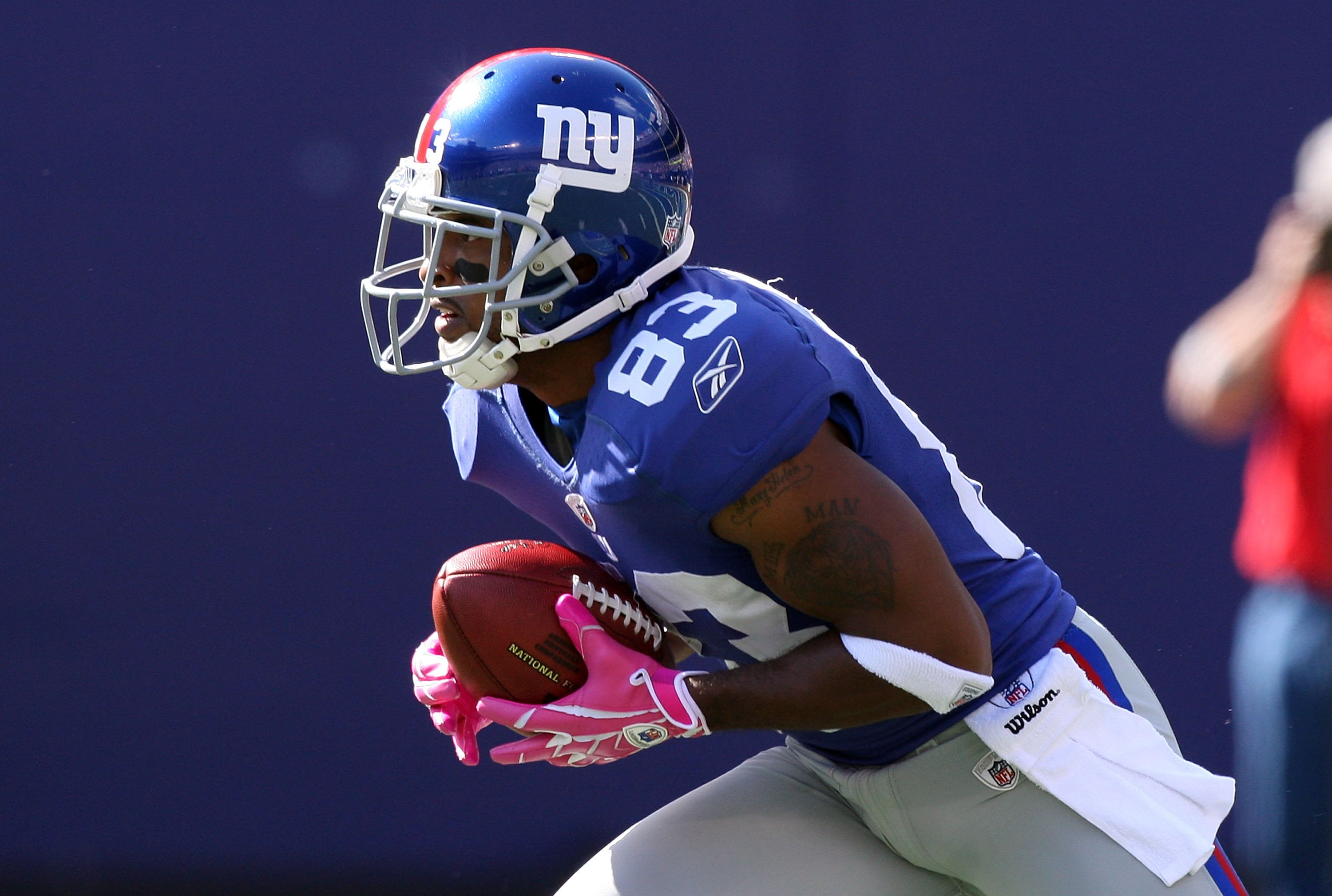 EAST RUTHERFORD, NJ - OCTOBER 11:  Sinorice Moss #83 of the New York Giants runs the ball against the Oakland Raiders on October 11, 2009 at Giants Stadium in East Rutherford, New Jersey. The Giants defeated the Raiders 44-7.  (Photo by Jim McIsaac/Getty