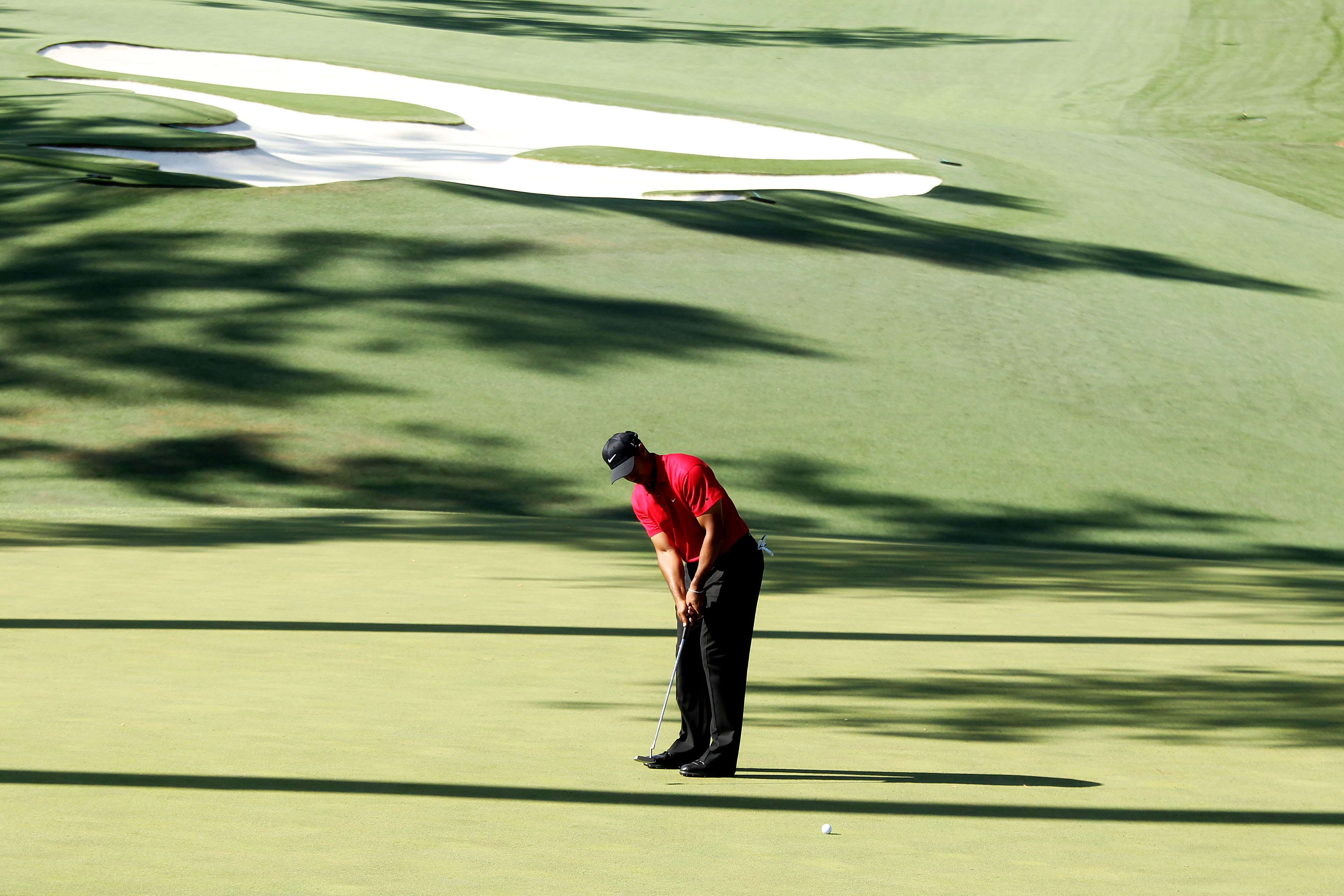 AUGUSTA, GA - APRIL 11:  Tiger Woods putts on the tenth green during the final round of the 2010 Masters Tournament at Augusta National Golf Club on April 11, 2010 in Augusta, Georgia.  (Photo by David Cannon/Getty Images)