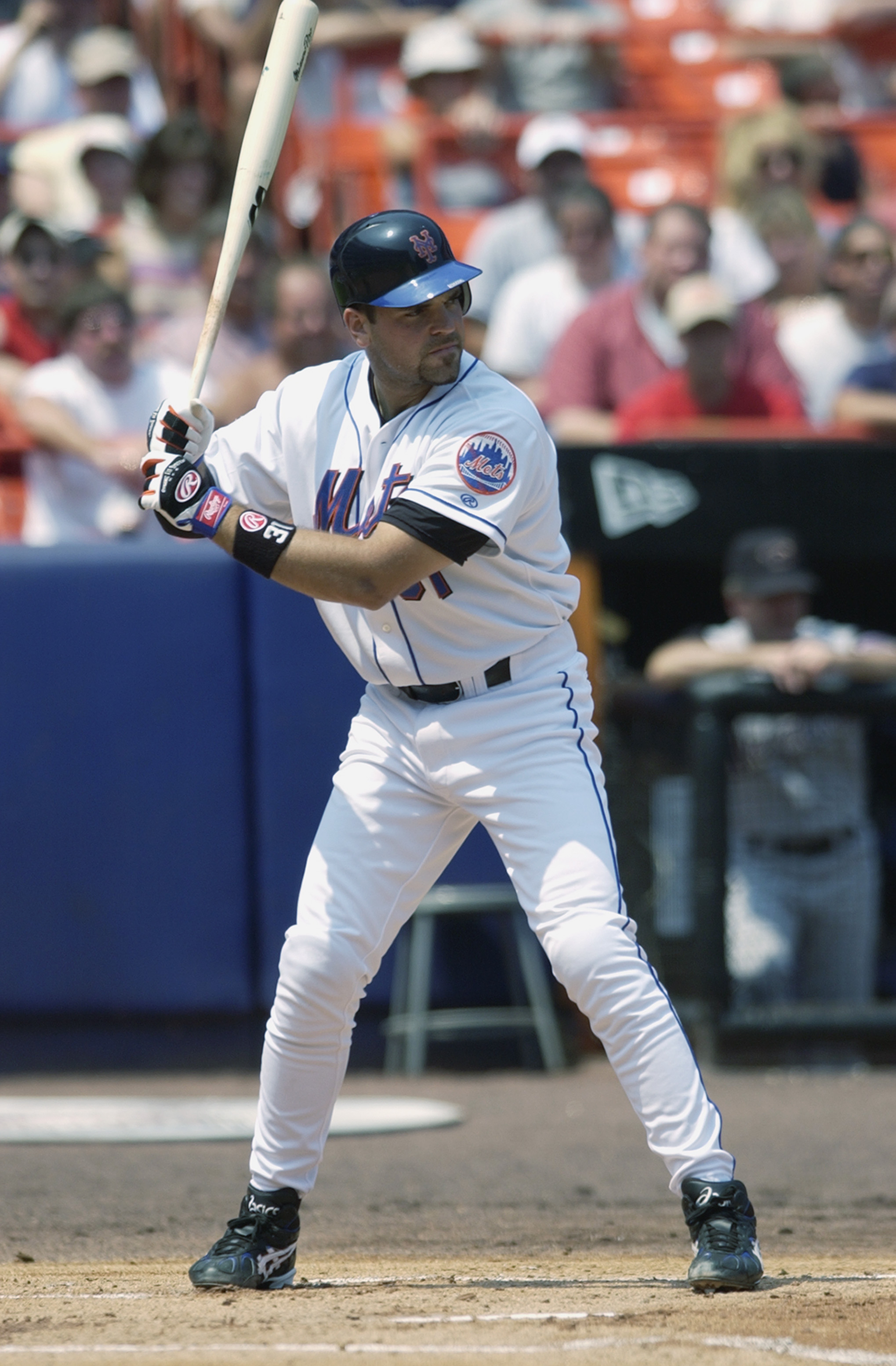 FLUSHING, NY - AUGUST 4:  Catcher Mike Piazza #31 of the New York Mets waits for the pitch during the MLB game against the Arizona Diamondbacks on August 4, 2002 at Shea Stadium in Flushing, New York. The Diamondbacks won 12-7. (Photo by Ezra Shaw/Getty I
