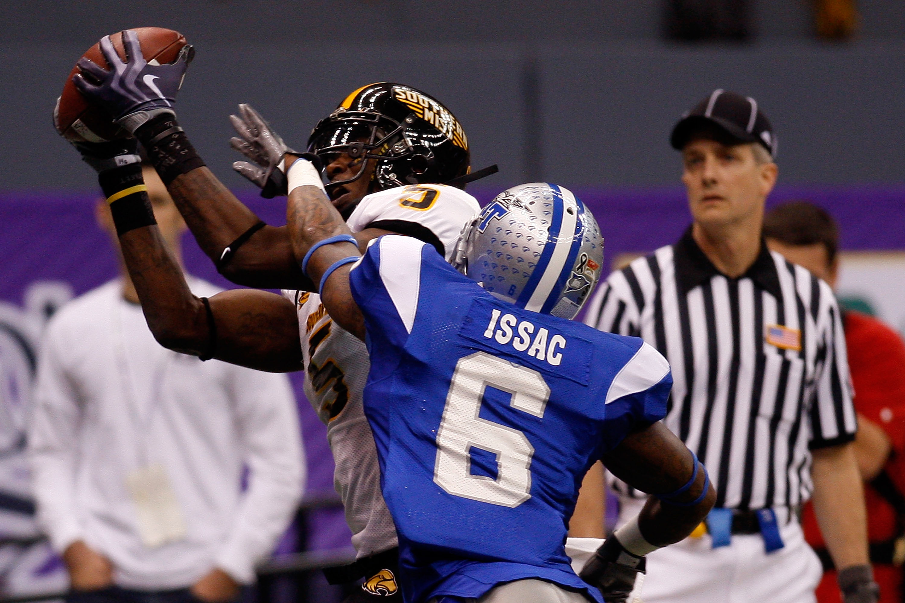NEW ORLEANS - DECEMBER 20:  DeAndre Brown #5 of the Southern Miss Golden Eagles catches a touchdown pass over Rod Issac #6 of the Middle Tennessee Blue Raiders during the R+L Carriers New Orleans Bowl at the Louisiana Superdome on December 20, 2009 in New