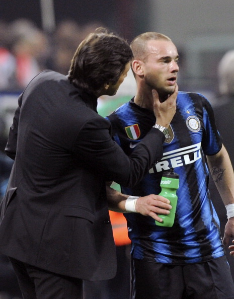 MILAN, ITALY - APRIL 02:  Head coach of Inter Leonardo (L) speaks with Wesley Sneijder during the Serie A match between AC Milan and FC Internazionale Milano at Stadio Giuseppe Meazza on April 2, 2011 in Milan, Italy.  (Photo by Dino Panato/Getty Images)