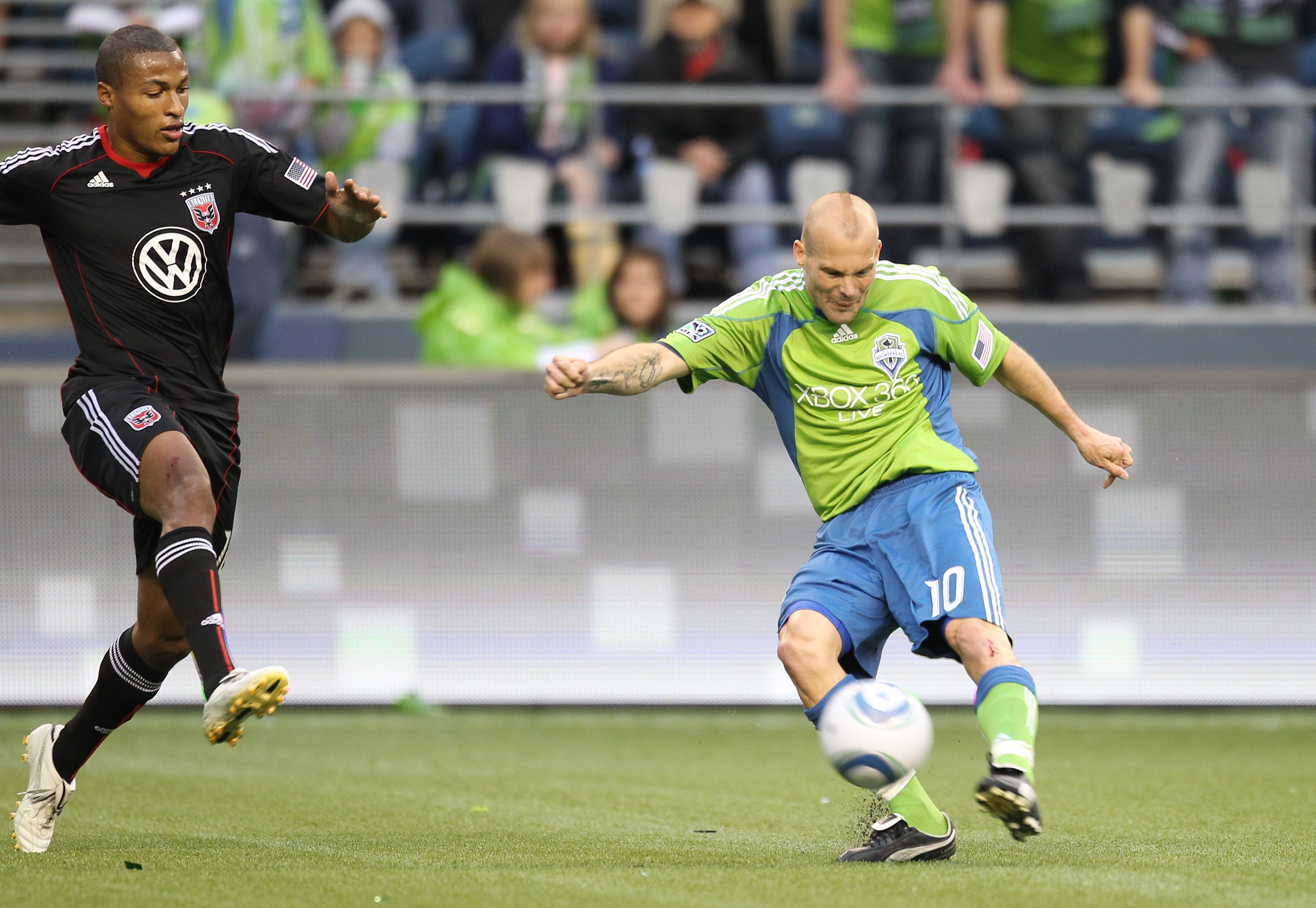 SEATTLE - JUNE 10:  Freddie Ljungberg #10 of the Seattle Sounders FC passes against D.C. United on June 10, 2010 at Qwest Field in Seattle, Washington. (Photo by Otto Greule Jr/Getty Images)
