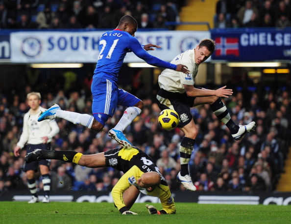 LONDON, ENGLAND - DECEMBER 04:  Salomon Kalou of Chelsea is foiled by Tim Howard and Phil Jagielka of Everton during the Barclays Premier League match between Chelsea and Everton at Stamford Bridge on December 4, 2010 in London, England.  (Photo by Shaun