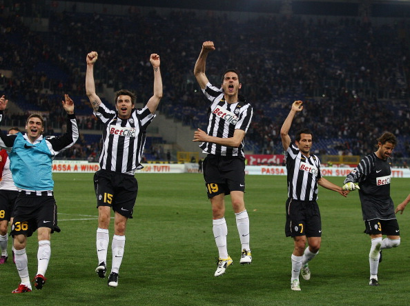 ROME, ITALY - APRIL 03:  Players of Juventus FC celebrate the victory after the Serie A match between AS Roma and Juventus FC at Stadio Olimpico on April 3, 2011 in Rome, Italy.  (Photo by Paolo Bruno/Getty Images)