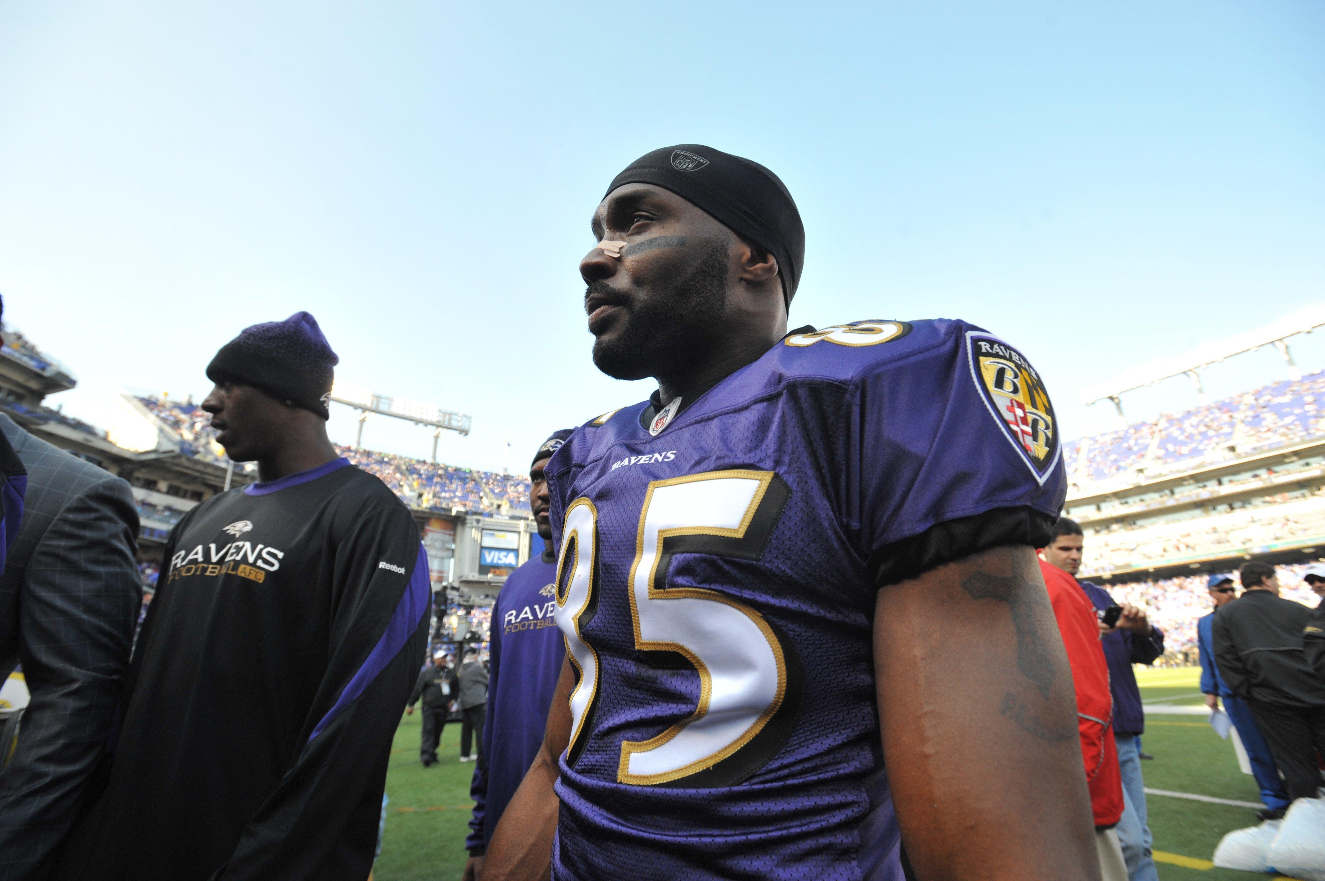 ac6b0e137bf BALTIMORE - NOVEMBER 22  Derrick Mason  85 of the Baltimore Ravens comes  off the