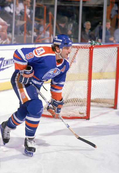 INGLEWOOD, CA - 1988-89:  Glenn Anderson #9 of the Edmonton Oilers follows the play during a game circa 1988-89 at the Great Western Forum in Inglewood, California. (Photo by Mike Powell/Getty Images)