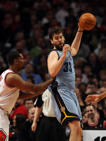 CHICAGO, IL - MARCH 25: Marc Gasol #33 of the Memphis Grizzlies grabs a pass under pressure from Kurt Thomas #40 of the Chicago Bulls at the United Center on March 25, 2011 in Chicago, Illinois. The Bulls defeated the Grizzlies 99-96. NOTE TO USER: User e