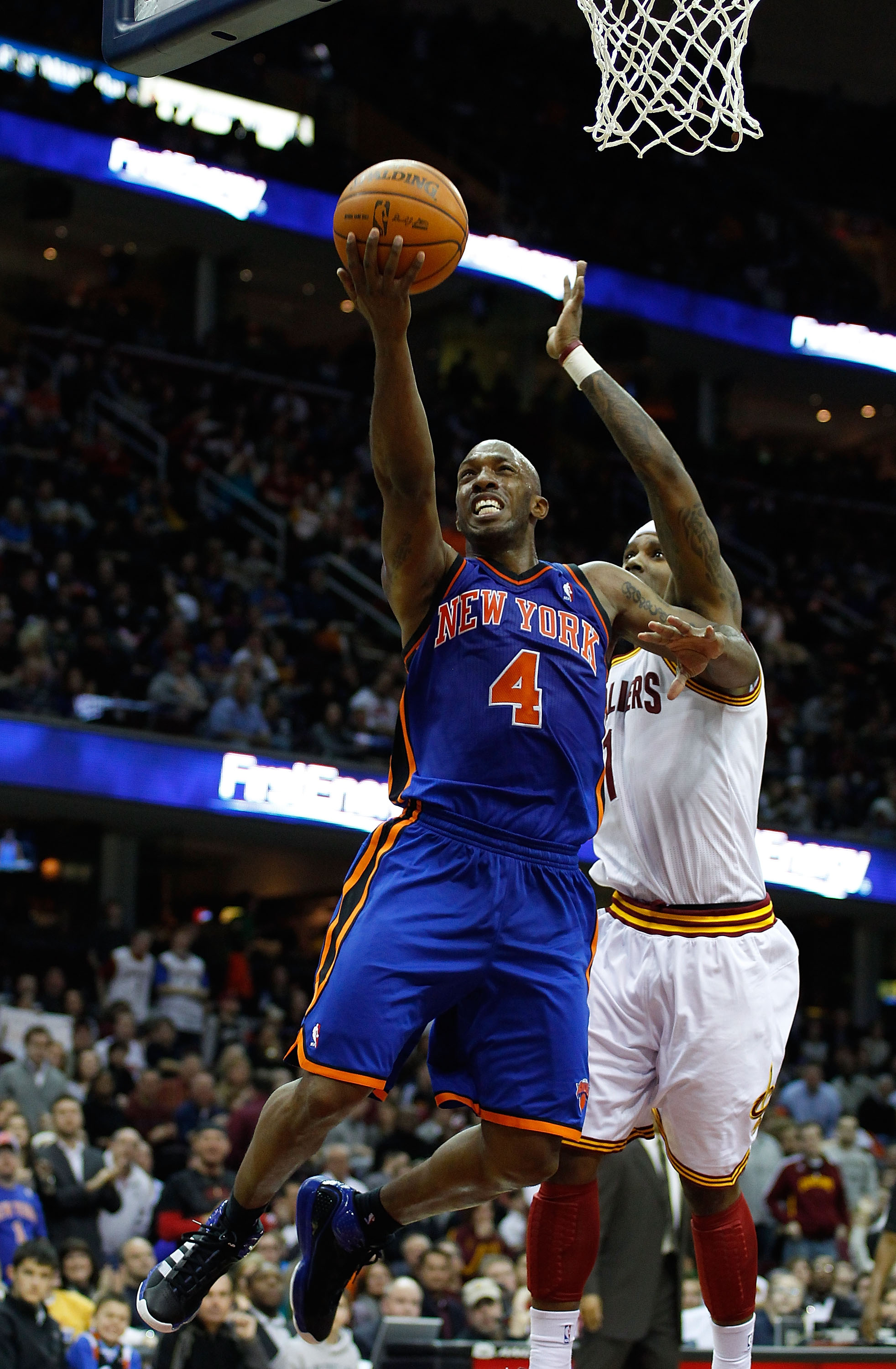 4b4550951 CLEVELAND - FEBRUARY 25  Chauncey Billups  4 of the New York Knicks drives  to
