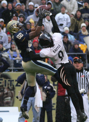 PITTSBURGH - DECEMBER 05:  Jonathan Baldwin #82 of the University of Pittsburgh Panthers catches a touchdown against the Cincinnati Bearcats on December 5, 2009 at Heinz Field in Pittsburgh, Pennsylvania. (Photo by Jared Wickerham/Getty Images)