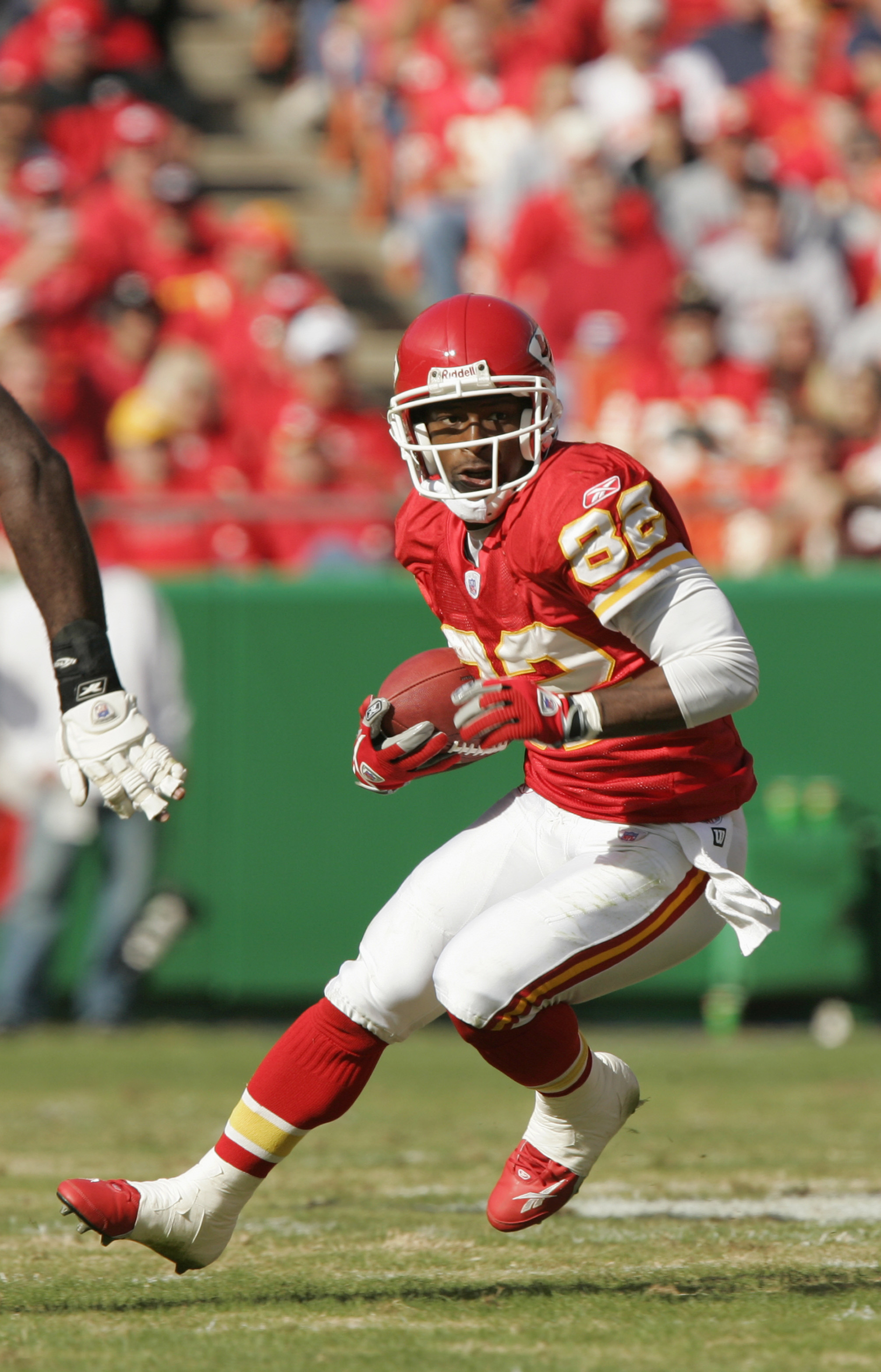 KANSAS CITY, MO - NOVEMBER 6:  Dante Hall #82 of the Kansas City Chiefs carries the ball during the game agianst the Oakland Raiders on November 6, 2005 at Arrowhead Stadium in Kansas City, Missouri.  The Chiefs won 27-23. (Photo by Brian Bahr/Getty Image