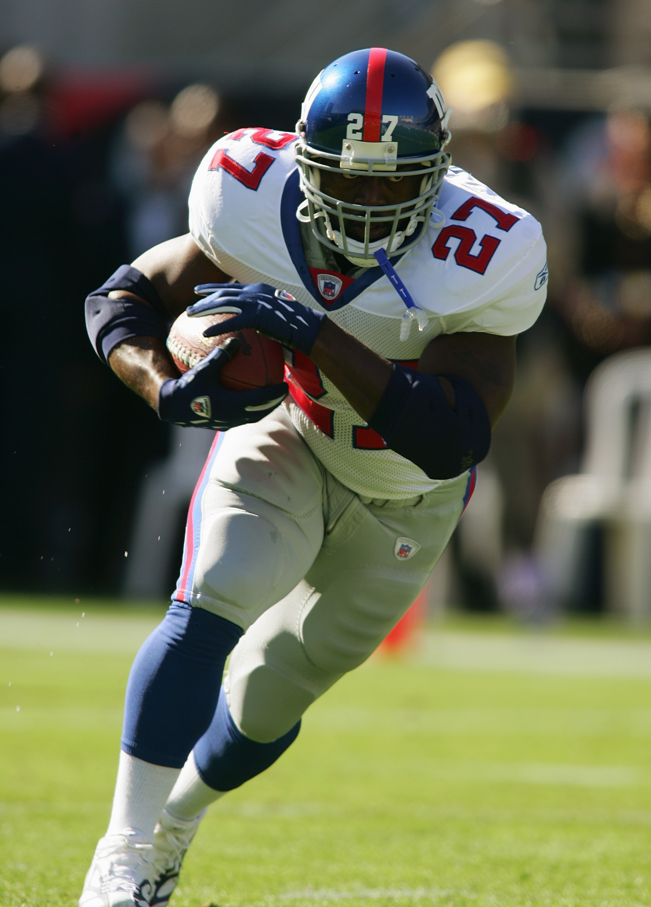 TEMPE, AZ - NOVEMBER 14:  Ron Dayne #27 of the New York Giants runs with the ball before the NFL game against the Arizona Cardinals at Sun Devil Stadium/Frank Kush Field on November 14, 2004 in Tempe, Arizona.  The Cardinals defeated the Giants 17-14.  (P