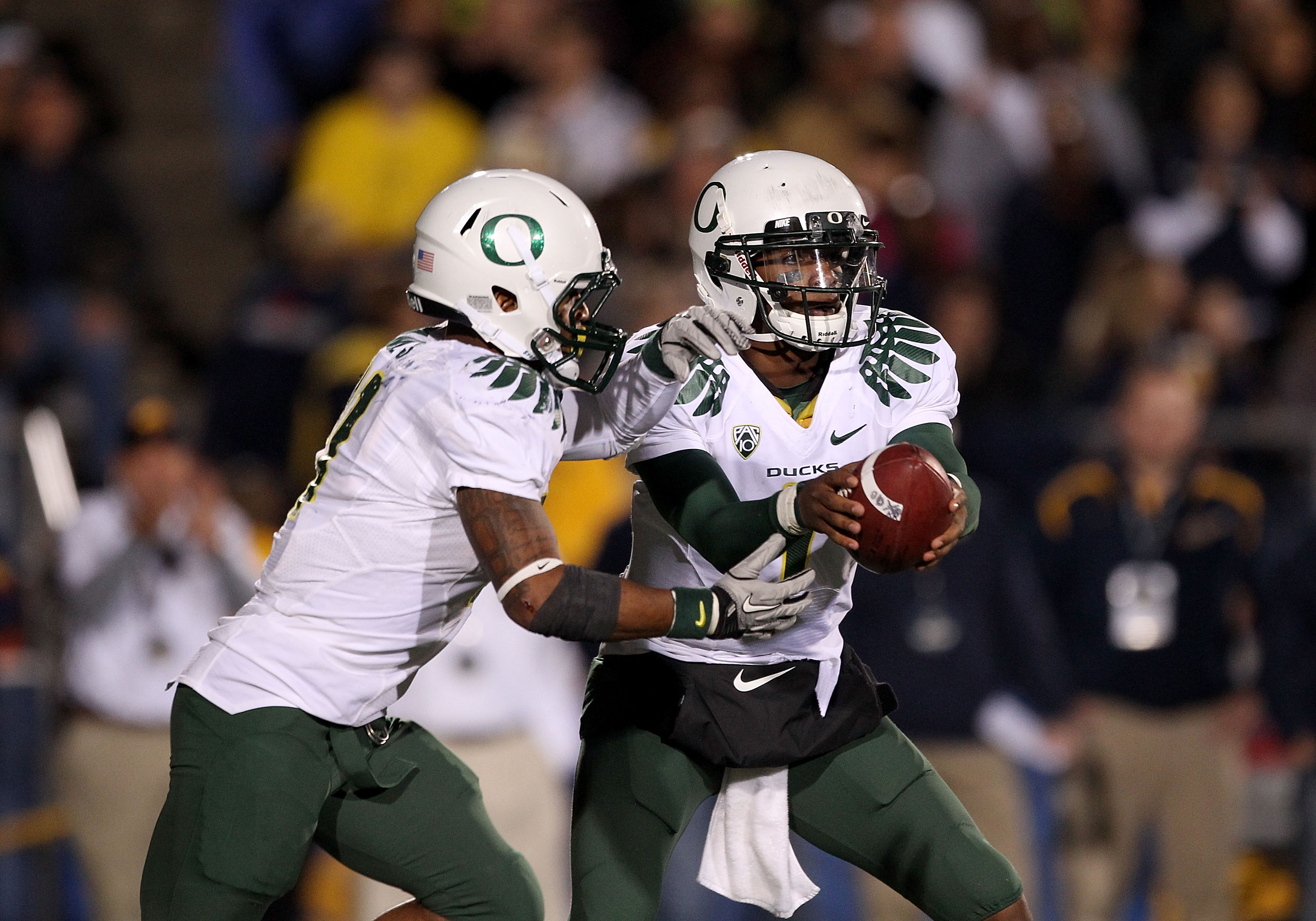 BERKELEY, CA - NOVEMBER 13:  Darron Thomas #1 of the Oregon Ducks hands off to LaMichael James #21 during their game against the California Golden Bears  at California Memorial Stadium on November 13, 2010 in Berkeley, California.  (Photo by Ezra Shaw/Get