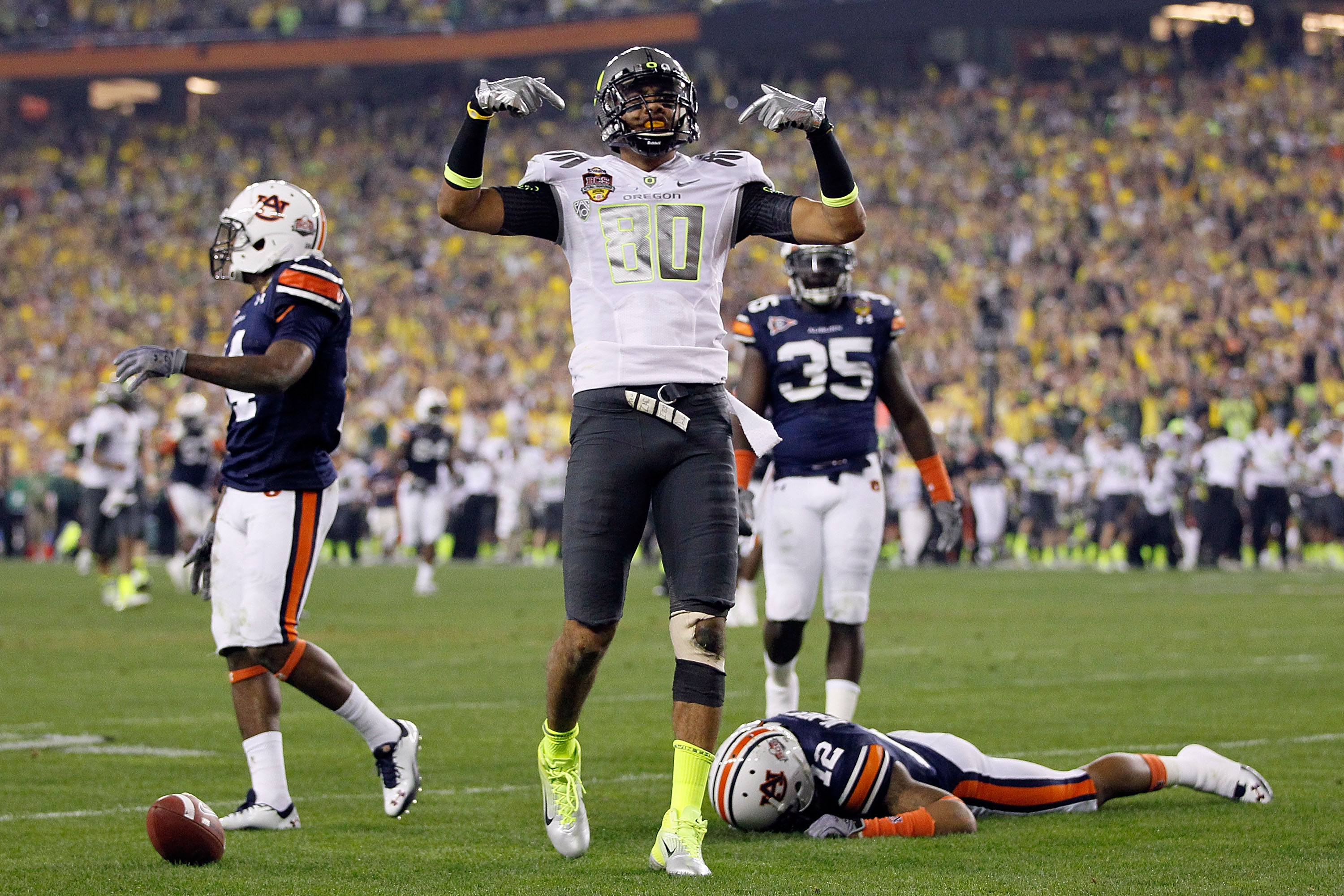 GLENDALE, AZ - JANUARY 10:  Lavasier Tuinei #80 of the Oregon Ducks celebrates a a catch against the Auburn Tigers during the Tostitos BCS National Championship Game at University of Phoenix Stadium on January 10, 2011 in Glendale, Arizona.  (Photo by Kev
