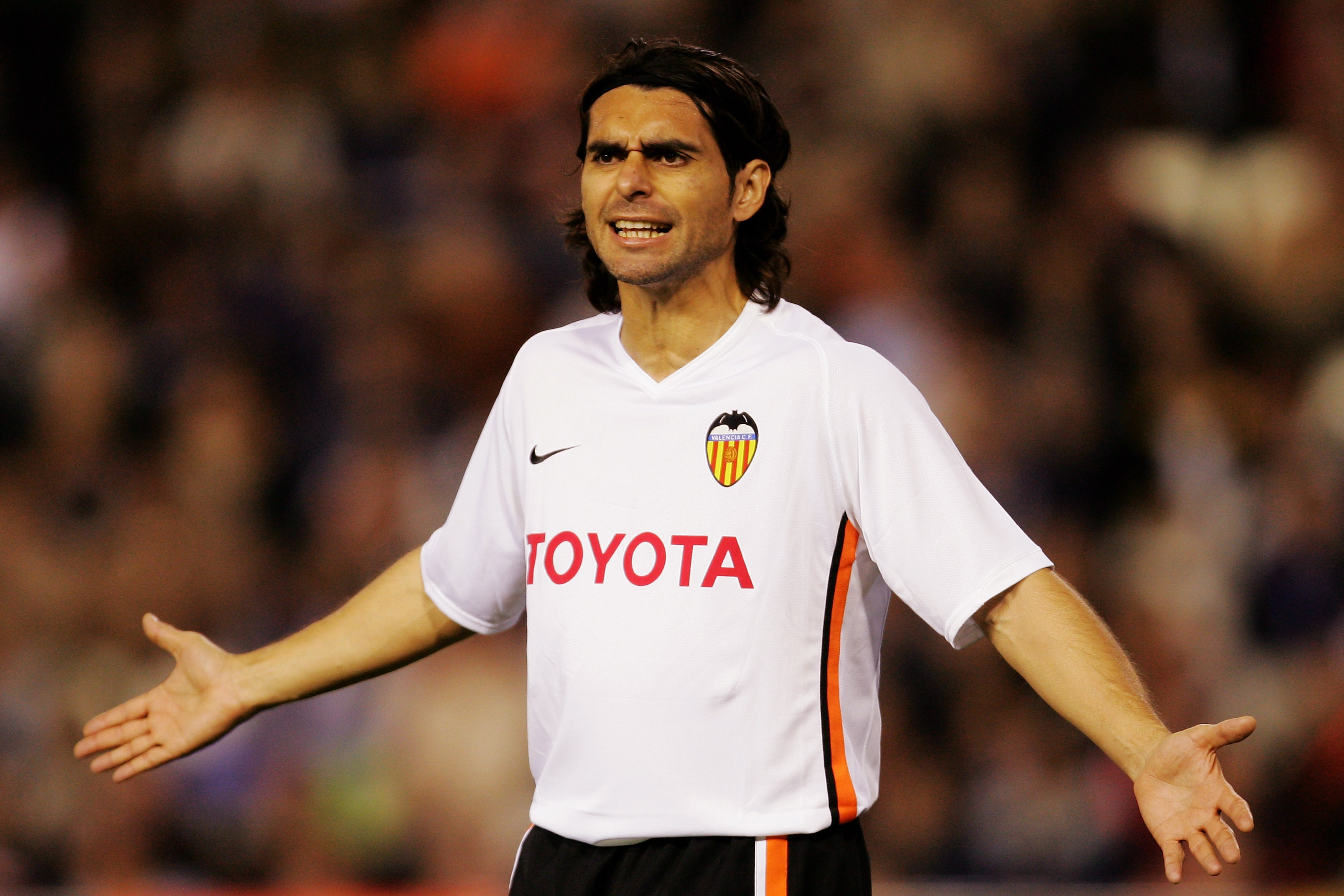 VALENCIA, SPAIN - APRIL 10:  Roberto Ayala of Valencia reacts during the UEFA Champions League quarter final, second leg match between Valencia and Chelsea at the Stadium Mestalla on April 10, 2007 in Valencia, Spain.  (Photo by Richard Heathcote/Getty Im