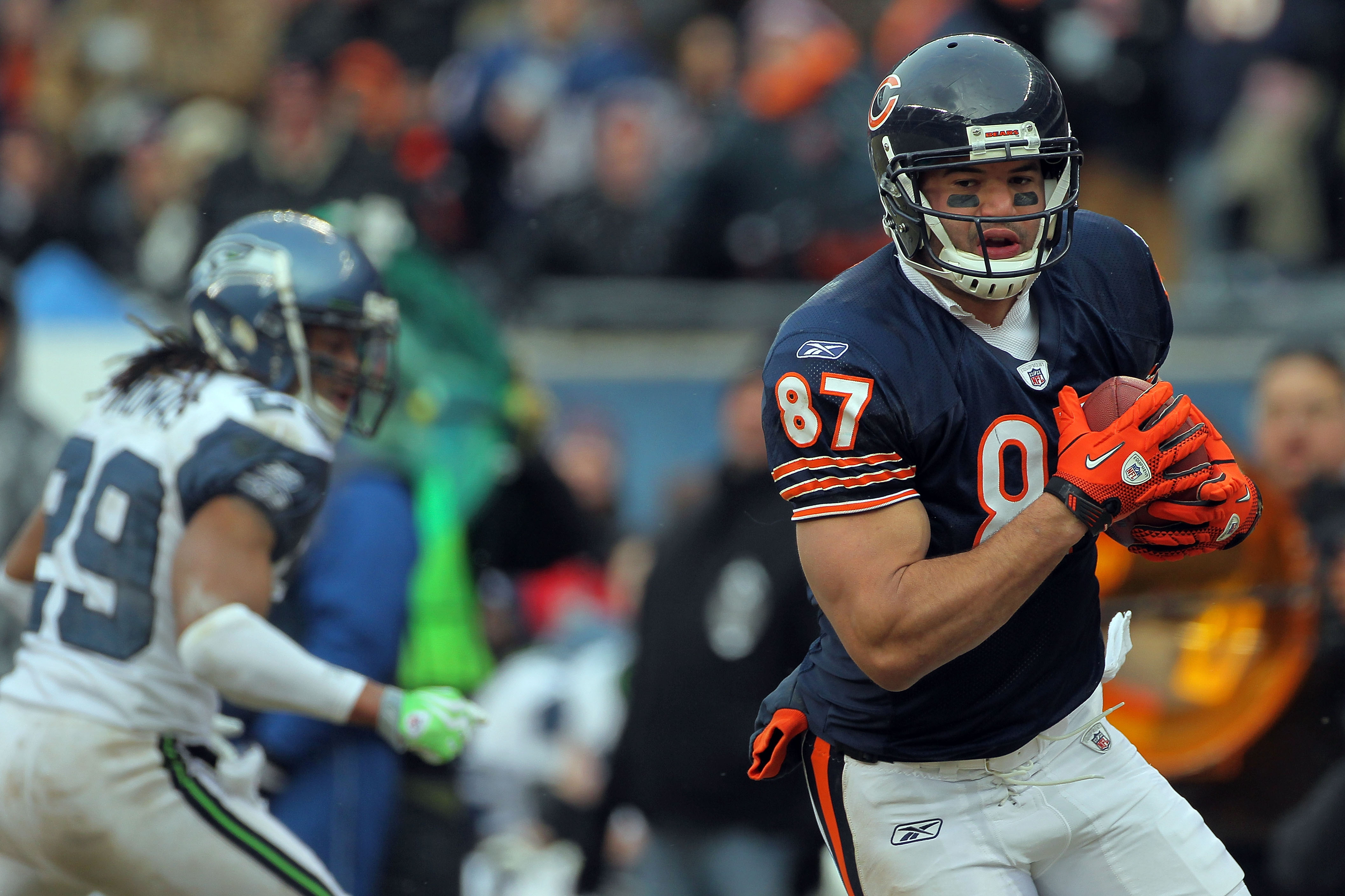 CHICAGO, IL - JANUARY 16:  Tight end Kellen Davis #87 of the Chicago Bears catches a 39-yard touchdown in the fourth quarter against the Seattle Seahawks in the 2011 NFC divisional playoff game at Soldier Field on January 16, 2011 in Chicago, Illinois.  (