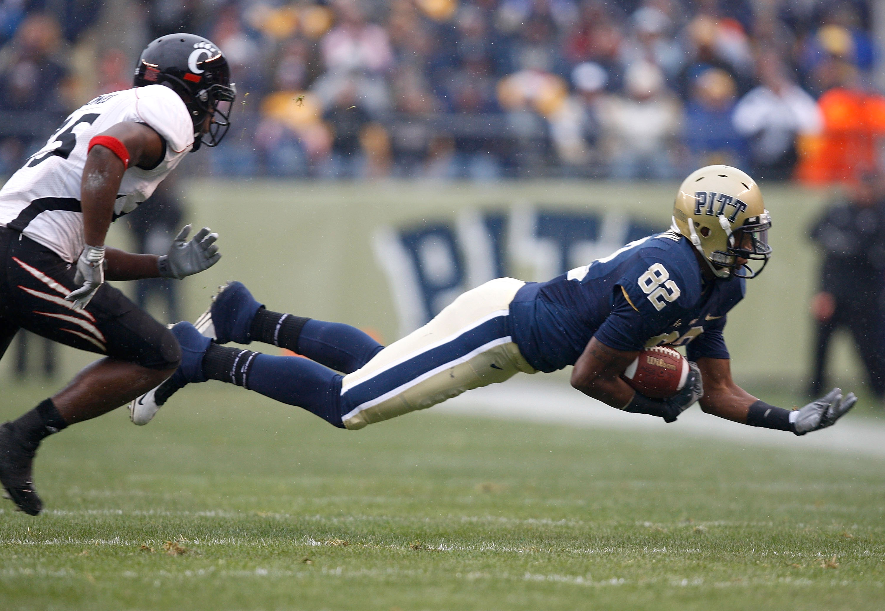 PITTSBURGH - DECEMBER 05: Jonathan Baldwin #82 of the University of Pittsburgh Panthers catches a pass against the Cincinnati Bearcats on December 5, 2009 at Heinz Field in Pittsburgh, Pennsylvania.(Photo by Jared Wickerham/Getty Images)
