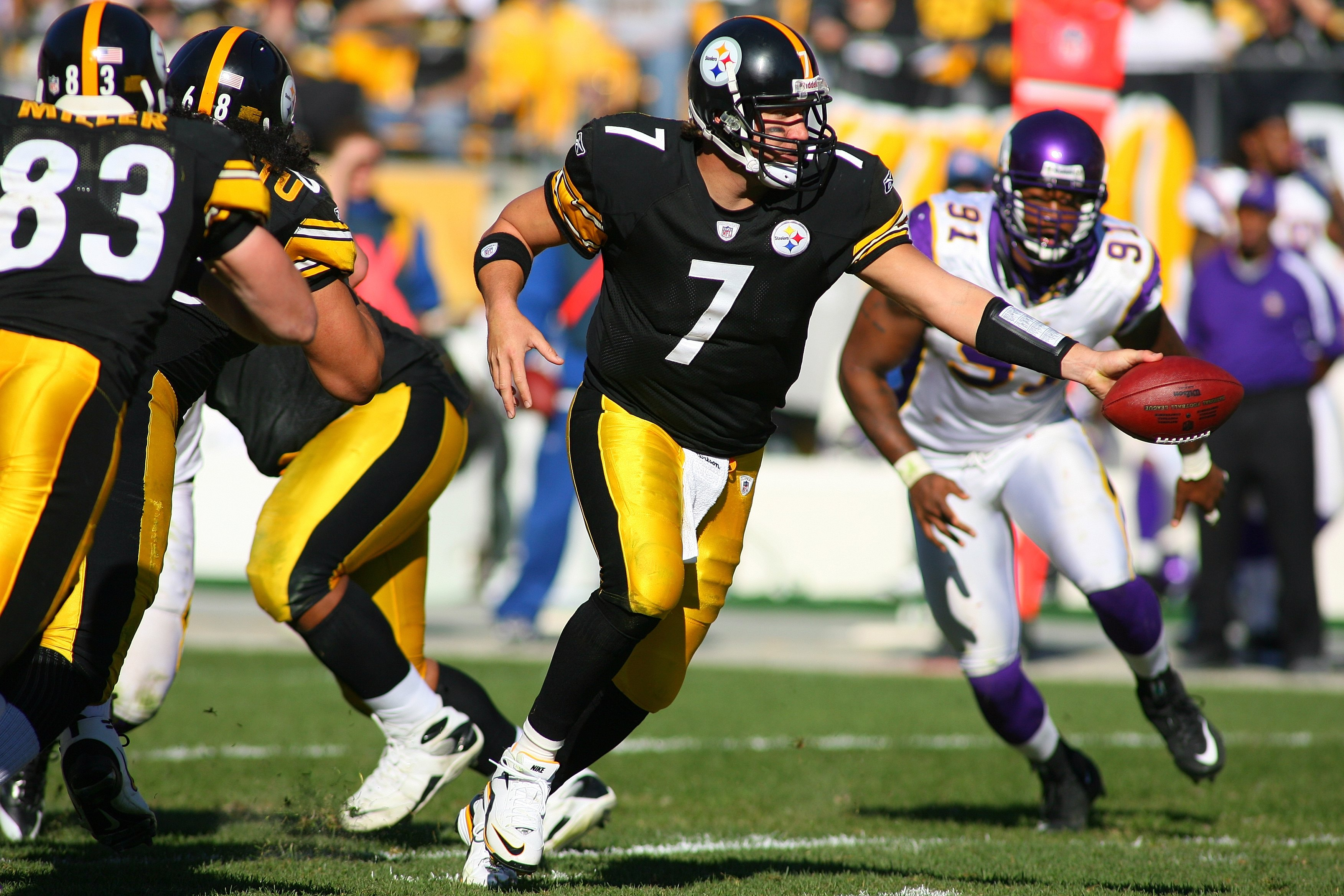 PITTSBURGH - OCTOBER 25:  Quarterback Ben Roethlisberger #7 of the Pittsburgh Steelers looks to hand off the ball during the NFL game against the Minnesota Vikings at Heinz Field on October 25, 2009 in Pittsburgh, Pennsylvania. The Steelers defeated the V