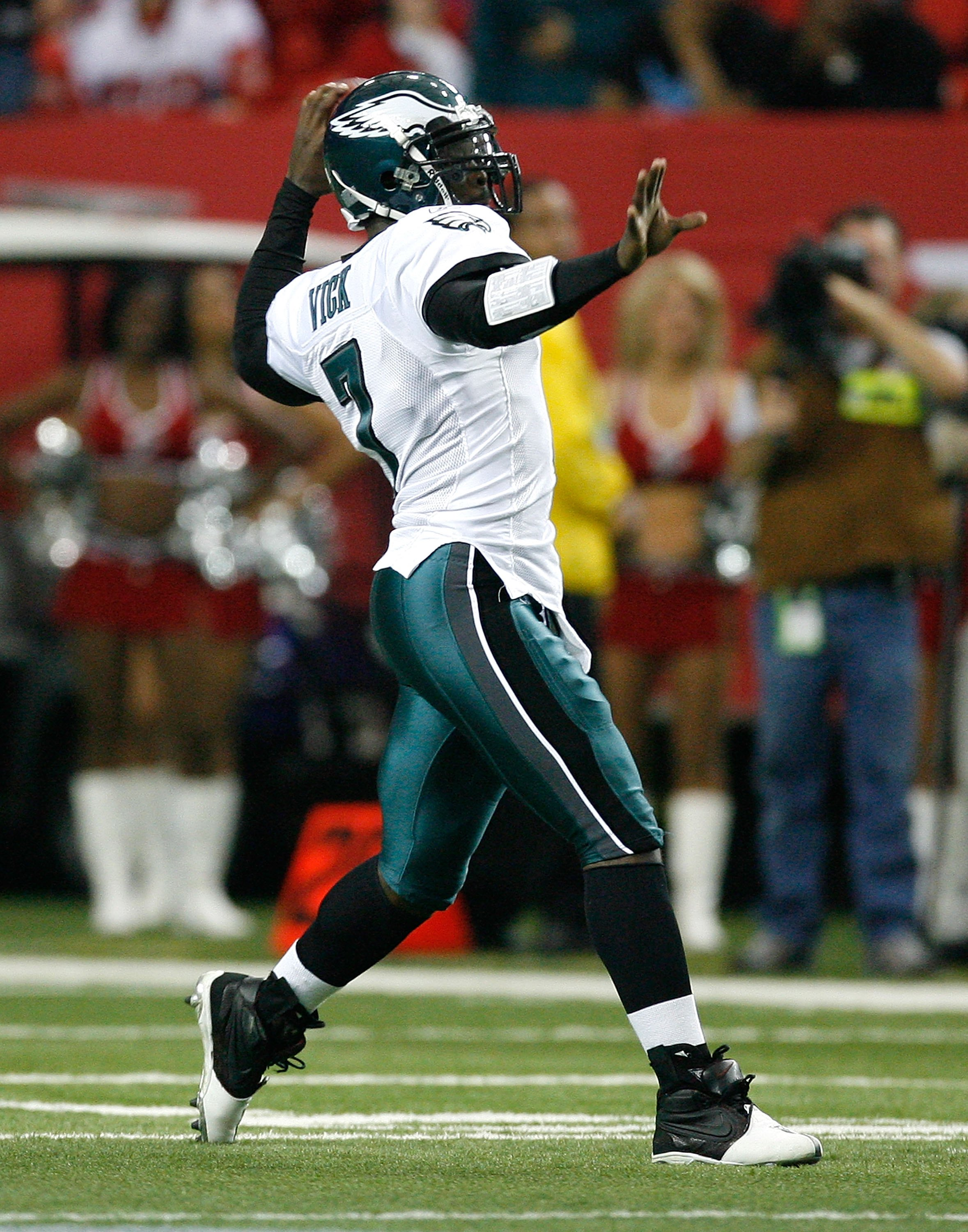 ATLANTA - DECEMBER 06:  Michael Vick #7 of the Philadelphia Eagles against the Atlanta Falcons at Georgia Dome on December 6, 2009 in Atlanta, Georgia.  (Photo by Kevin C. Cox/Getty Images)