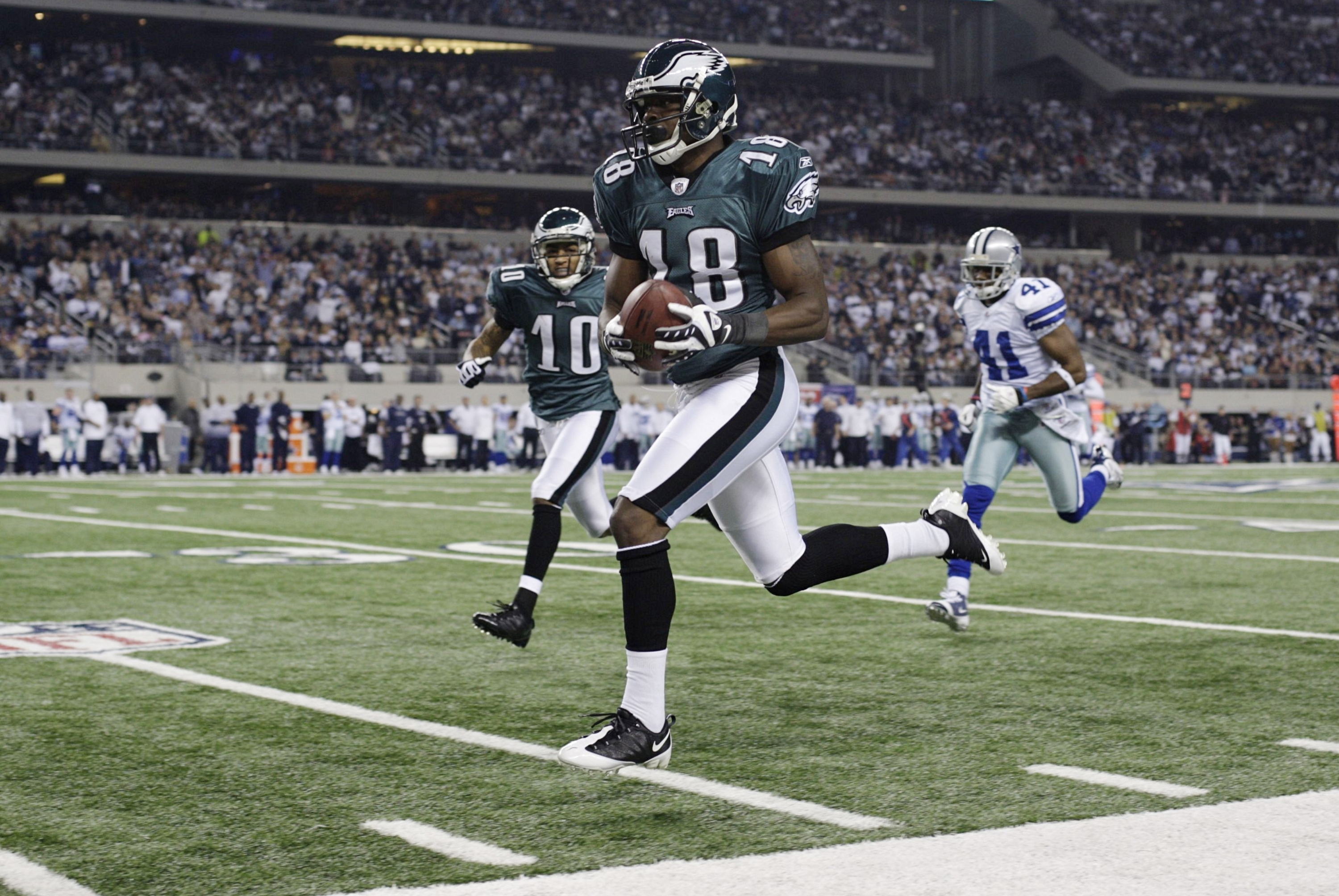 ARLINGTON, TX - JANUARY 9:  Jeremy Maclin #18 of the Philadelphia Eagles runs for a 76-yard touchdown in the second quarter on a pass from quarterback Michael Vick #7 against the Dallas Cowboys during the 2010 NFC wild-card playoff game at Cowboys Stadium