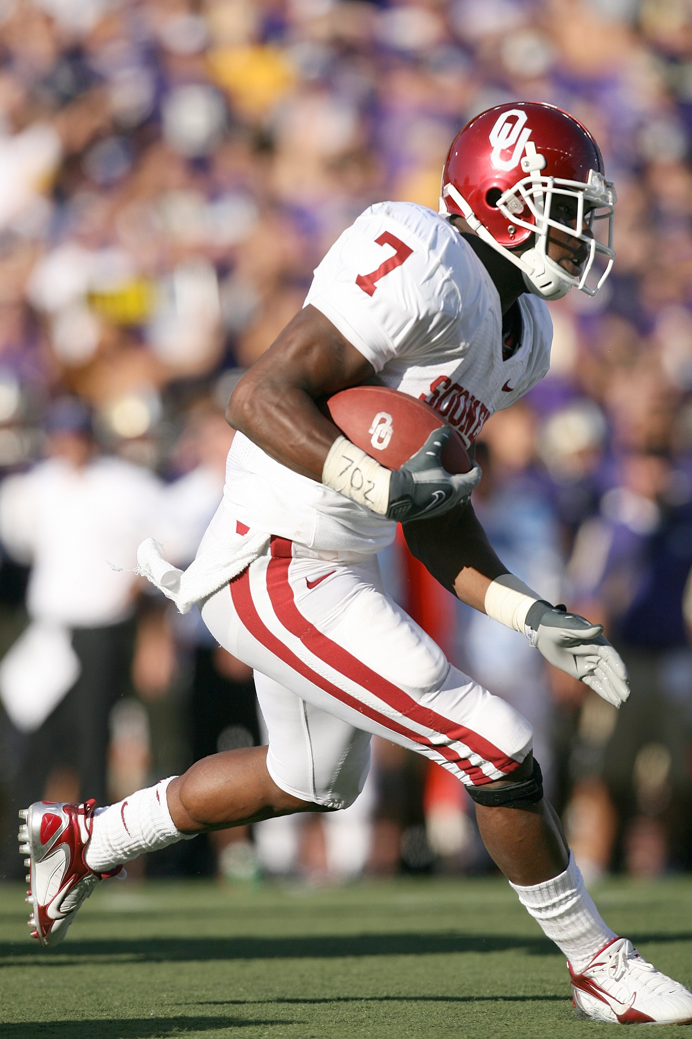 SEATTLE - SEPTEMBER 13:  Running back DeMarco Murray #7 of the Oklahoma Sooners runs with the ball during the game against the Washington Huskies on September 13, 2008 at Husky Stadium in Seattle, Washington. The Sooners defeated the Huskies 55-14.(Photo