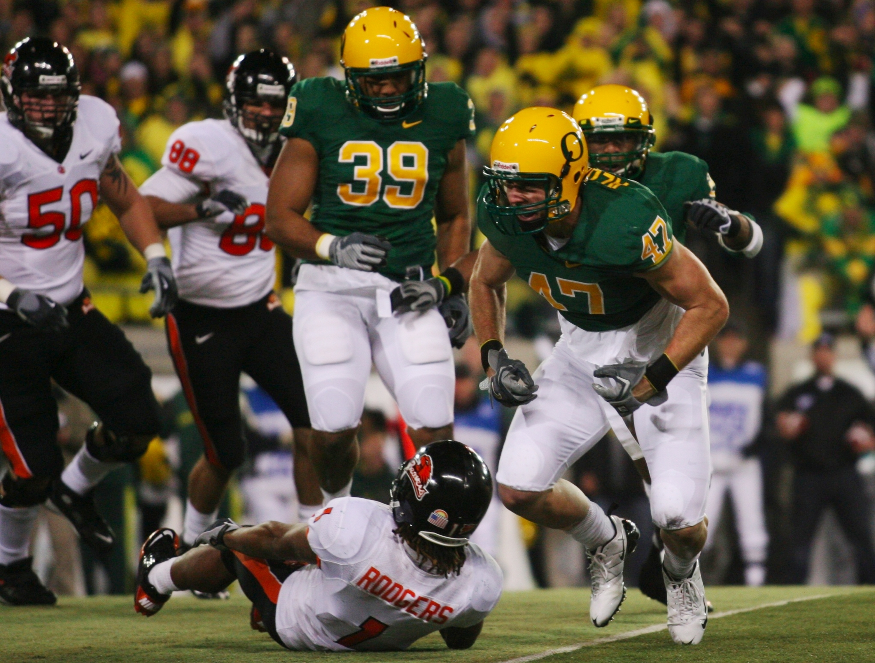 EUGENE,OR - DECEMBER 03:  Kiko Alonso #47 of the Oregon Ducks celebrates tackling Jacquizz Rodgers #1 of the Oregon State Beavers during the second quarter of the game at Autzen Stadium on December 3, 2009 in Eugene, Oregon.  (Photo by Tom Hauck/Getty Ima
