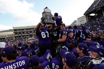 Big Marcus hoists the Rose Bowl trophy