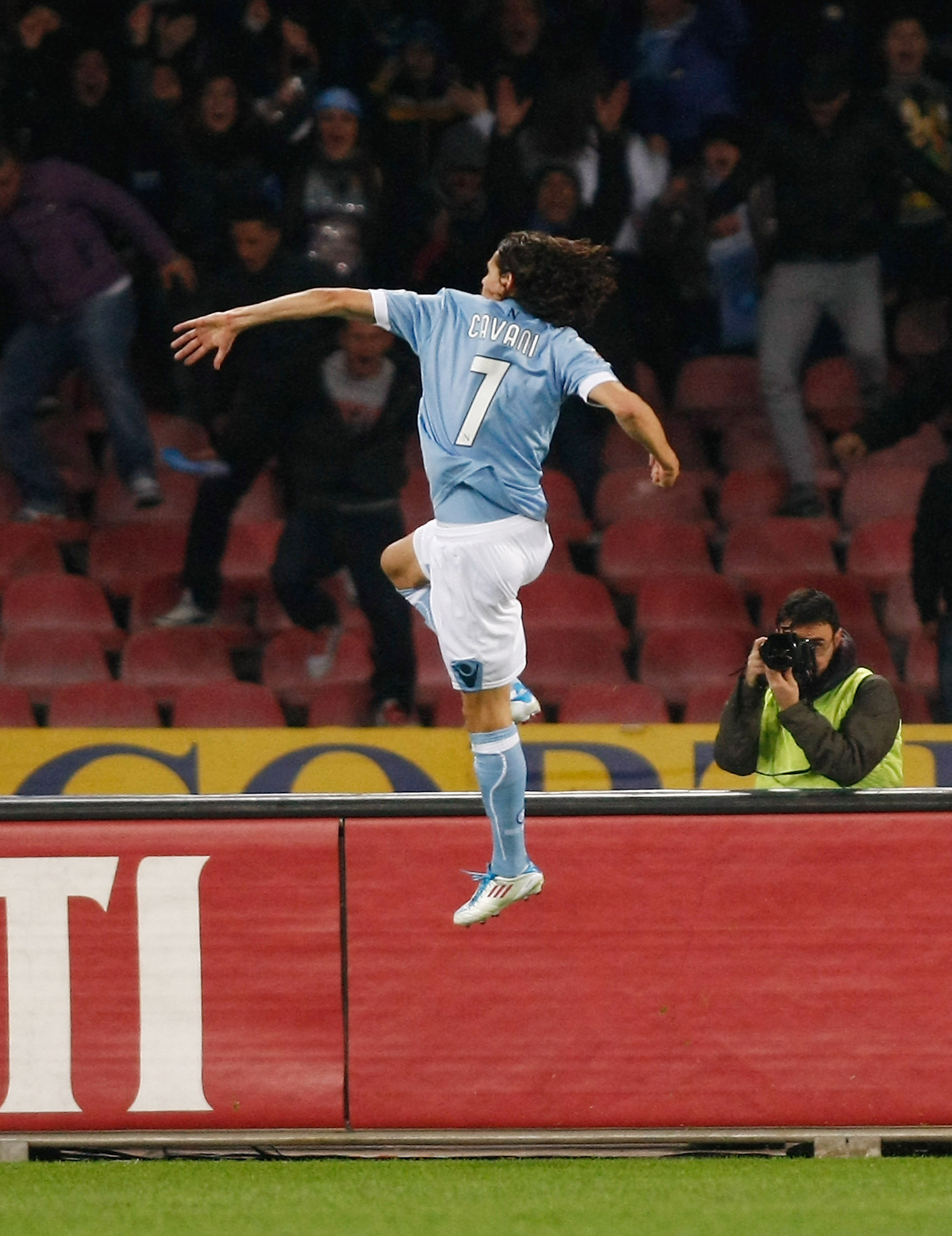 NAPLES, ITALY - MARCH 20:  Edinson Cavani of Napoli celebrates his goal during the Serie A match between SSC Napoli and Cagliari Calcio at Stadio San Paolo on March 20, 2011 in Naples, Italy.  (Photo by Maurizio Lagana/Getty Images)