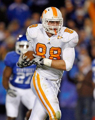 LEXINGTON, KY - NOVEMBER 28:  Luke Stocker #88 of the Tennessee Volunteers catches a touchdown pass during the SEC game against the Kentucky Wildcats at Commonwealth Stadium on November 28, 2009 in Lexington, Kentucky.  (Photo by Andy Lyons/Getty Images)