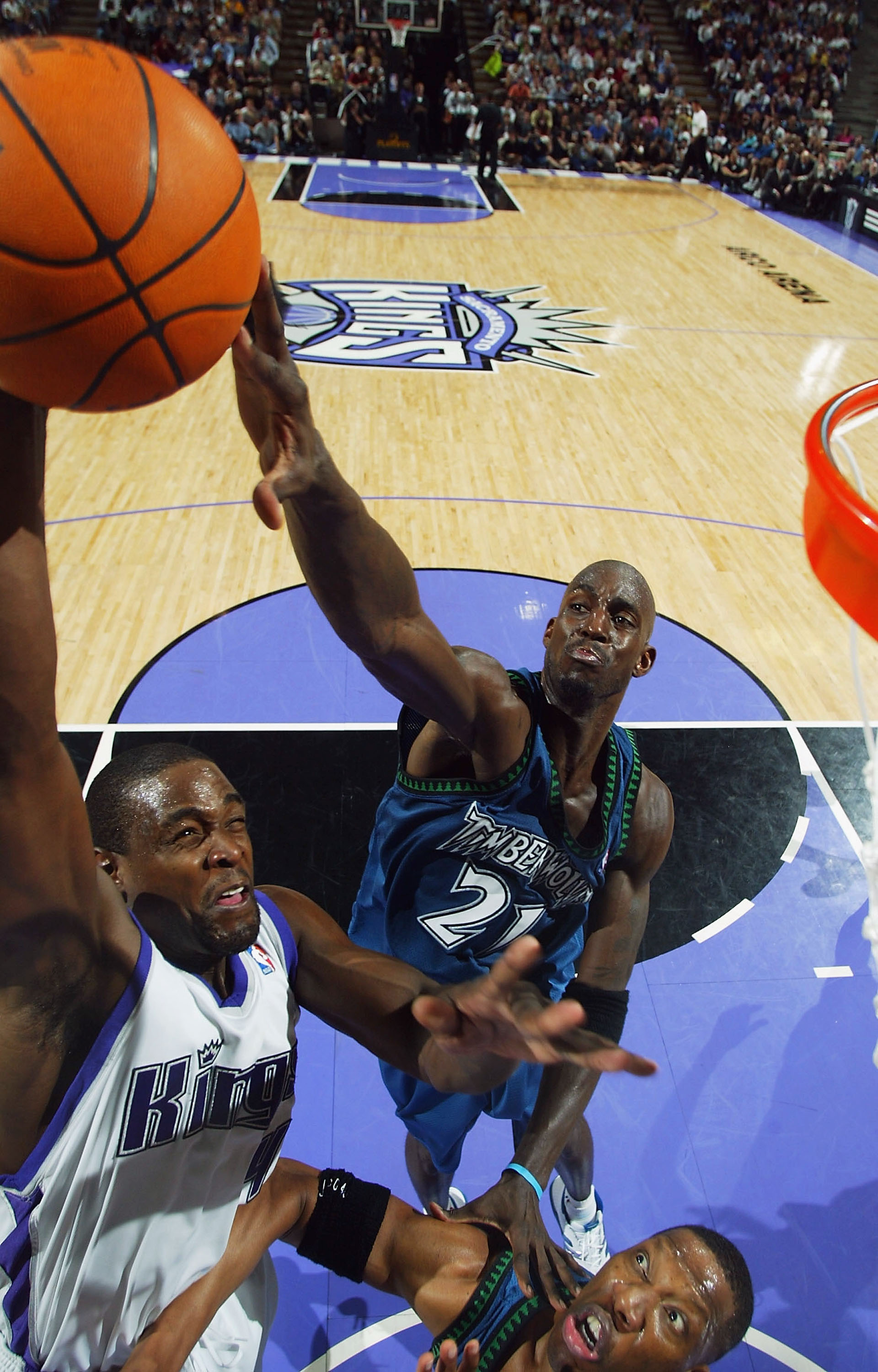 SACRAMENTO, CA- MAY 10:  Kevin Garnett #21 of the Minnesota Timberwolves defends against Chris Webber #4 of the Sacramento Kings during game 3 of the Western Conference Semifinal of the NBA Playoffs at Arco Arena on May 10, 2004  in Sacramento, California