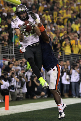 GLENDALE, AZ - JANUARY 10:  Jeff Maehl #23 of the Oregon Ducks catches a two-point conversion to tie the game late in the fourth quarter against Zac Etheridge #4 of the Auburn Tigers during the Tostitos BCS National Championship Game at University of Phoe