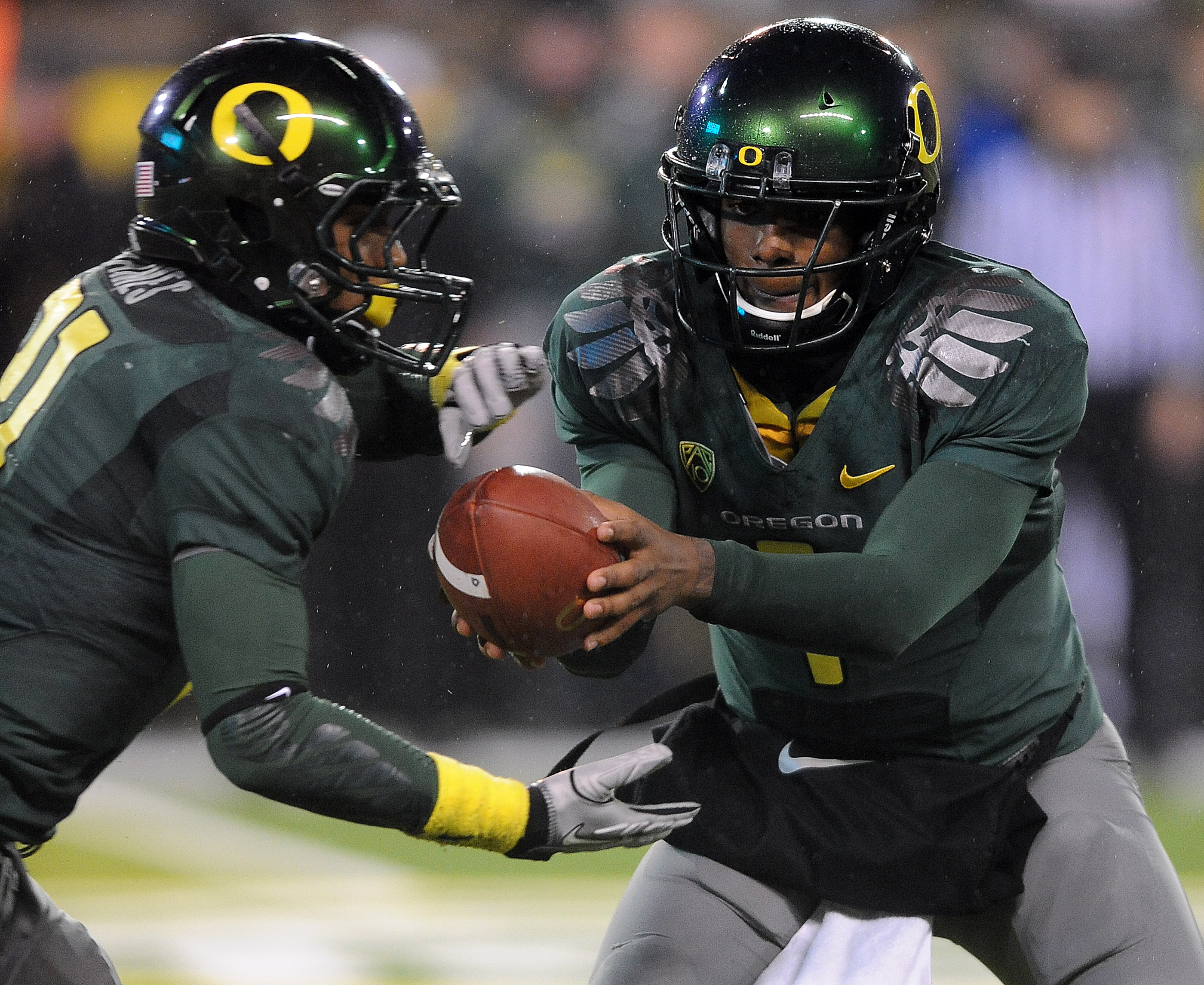 EUGENE, OR - NOVEMBER 26: Quarterback Darron Thomas #1 hands the ball off to running back LaMichael James #21 of the Oregon Ducks in the third quarter of the game against the Arizona Wildcats at Autzen Stadium on November 26, 2010 in Eugene, Oregon. The D