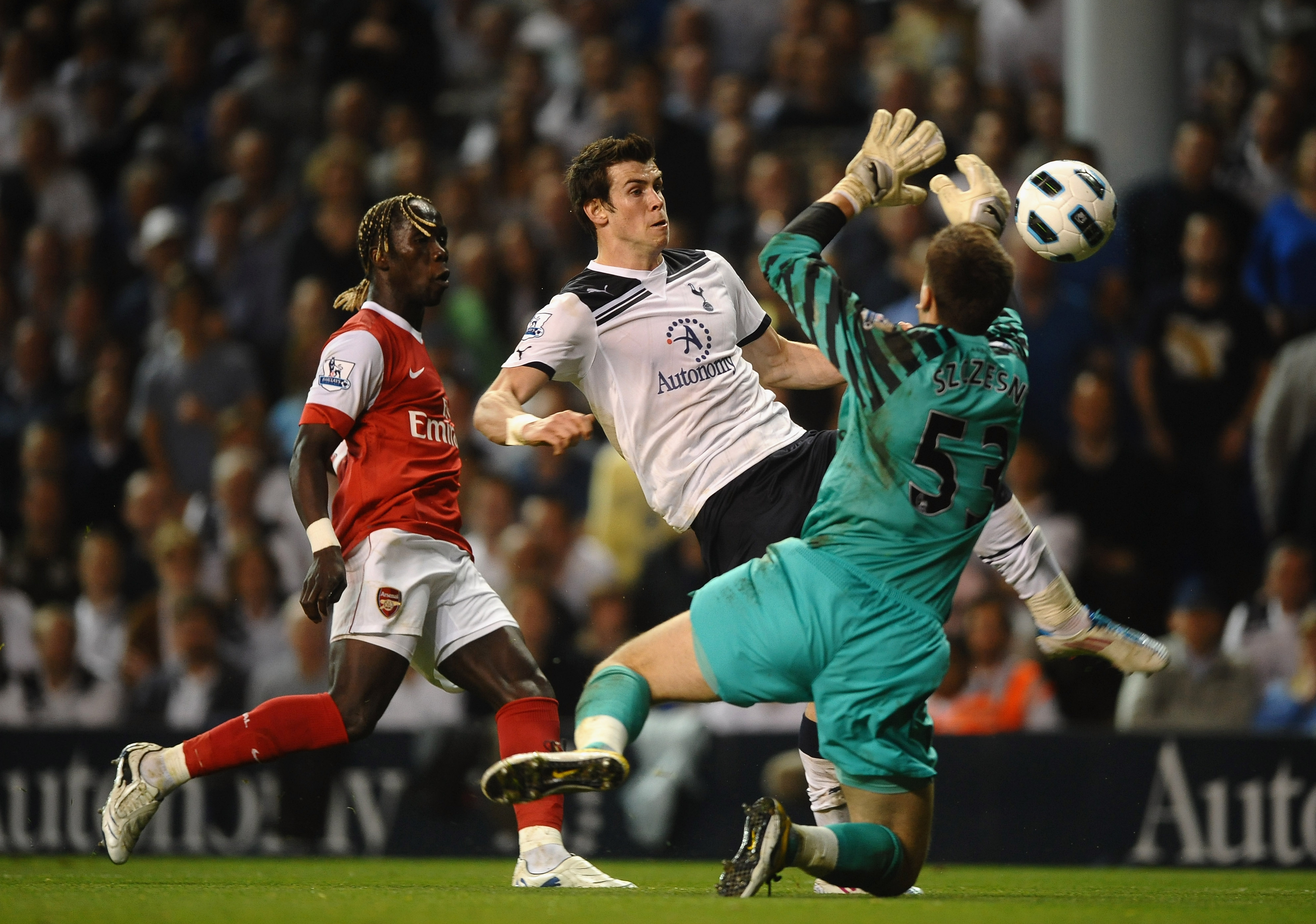 LONDON, ENGLAND - APRIL 20:  Wojciech Szczesny of Arsenal brings down Gareth Bale of Spurs during the Barclays Premier League match between Tottenham Hotspur and Arsenal at White Hart Lane on April 20, 2011 in London, England.  (Photo by Laurence Griffith