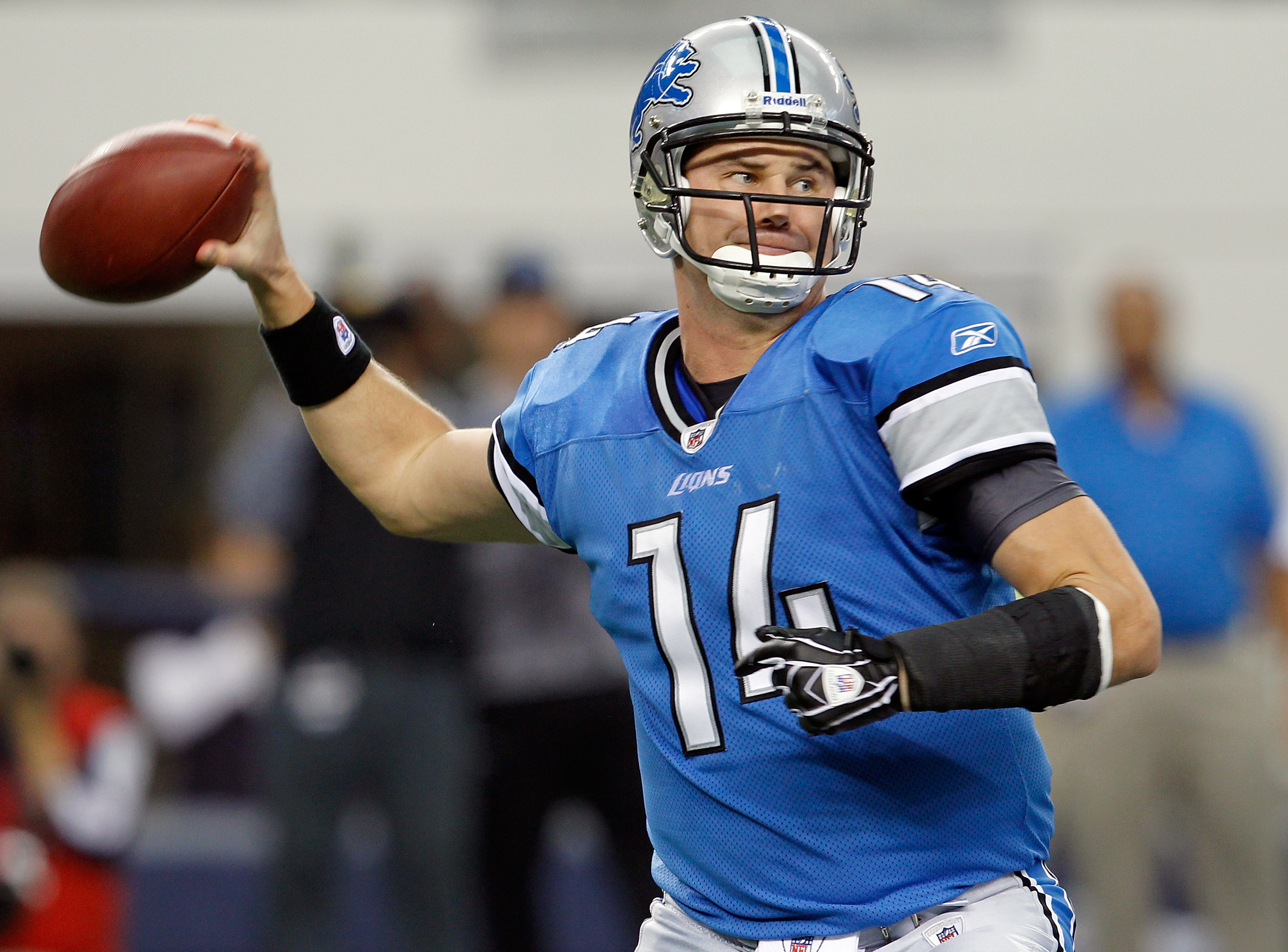 ARLINGTON, TX - NOVEMBER 21:  Quarterback Shaun Hill #14 of the Detroit Lions looks for an open receiver against the Dallas Cowboys at Cowboys Stadium on November 21, 2010 in Arlington, Texas.  The Cowboys beat the Lions 35-19.  (Photo by Tom Pennington/G