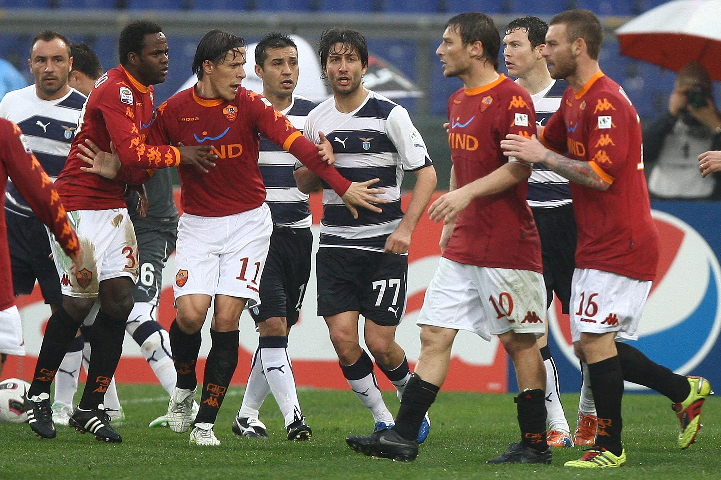 ROME, ITALY - MARCH 13: Francesco Totti (2nd-R) and Daniele De Rossi (R) with his teammates Rodrigo Taddei #11 and Simplicio #30 of AS Roma argue with  players of SS Lazio during Serie A match between AS Roma and SS Lazio at Stadio Olimpico on March 13, 2