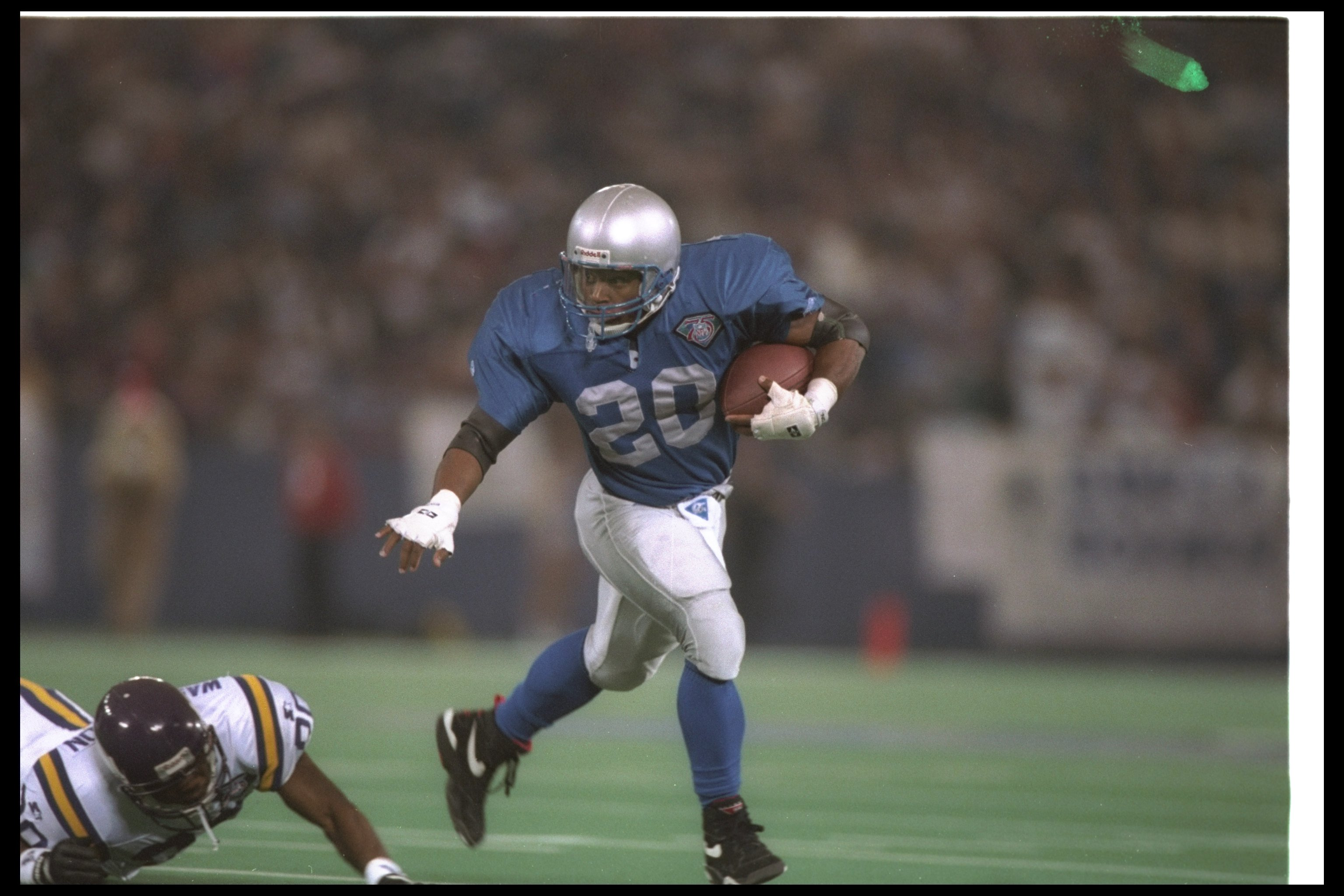 17 Dec 1994: Running back Barry Sanders of the Detroit Lions moves the ball during a game against the Minnesota Vikings at the Pontiac Silverdome in Pontiac, Michigan. The Lions won the game, 41-19.