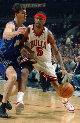 CHICAGO - MARCH 3:  Jalen Rose #5 of the Chicago Bulls drives around Gordan Giricek #7 of the Orlando Magic during the game at the United Center on March 3, 2003 in Chicago, Illinois.  The Magic won 104-89.  NOTE TO USER: User expressly acknowledges and a