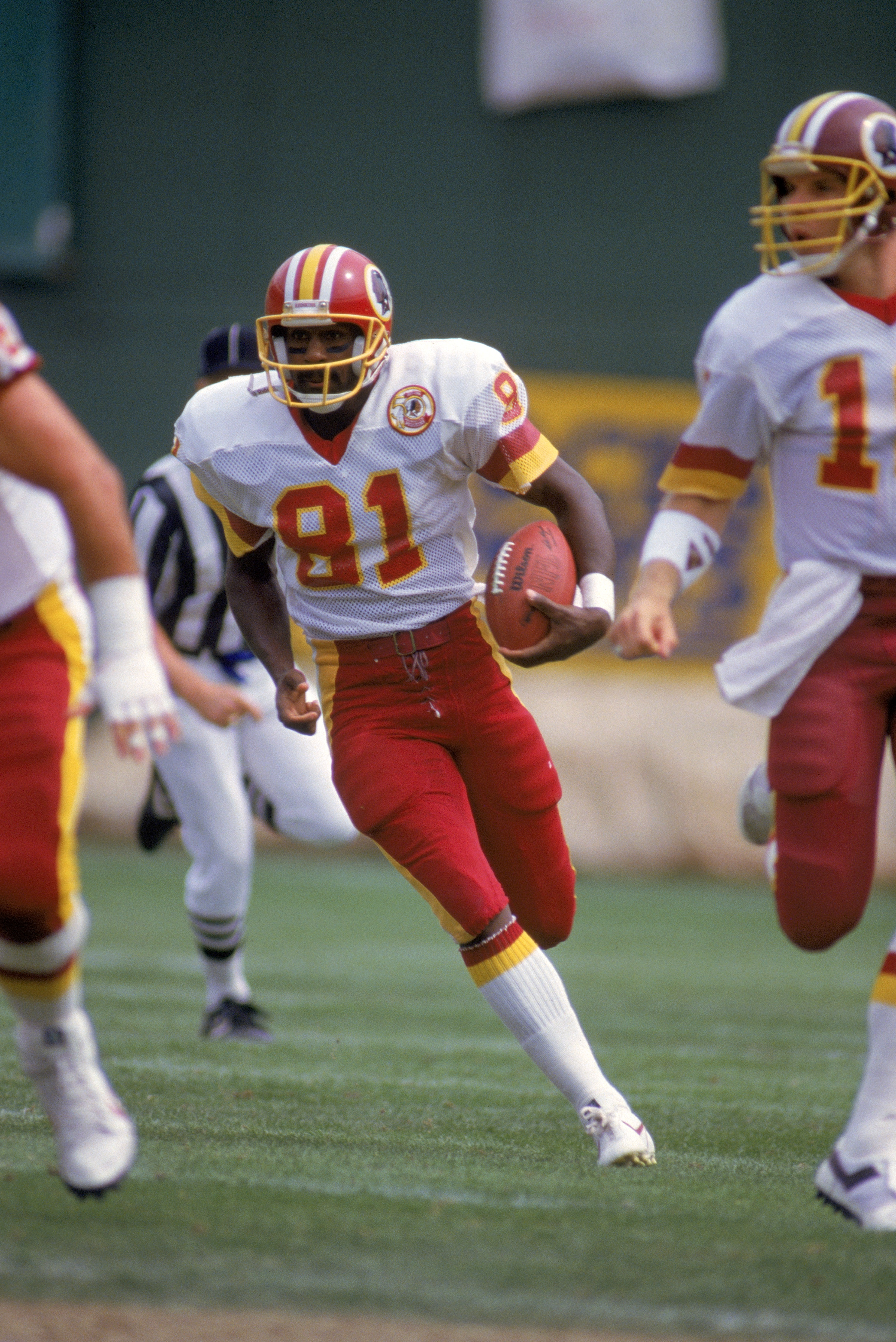 1986:  Wide receiver Art Monk #81 of the Washington Redskins runs for yards during a 1986 NFL season game.  (Photo by Stephen Dunn/Getty Images)