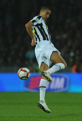 TURIN, ITALY - OCTOBER 31:  David Trezeguet of Juventus FC strikes with the heel during the Serie A match between Juventus FC and SSC Napoli at Olimpico Stadium on October 31, 2009 in Turin, Italy.  (Photo by Valerio Pennicino/Getty Images)