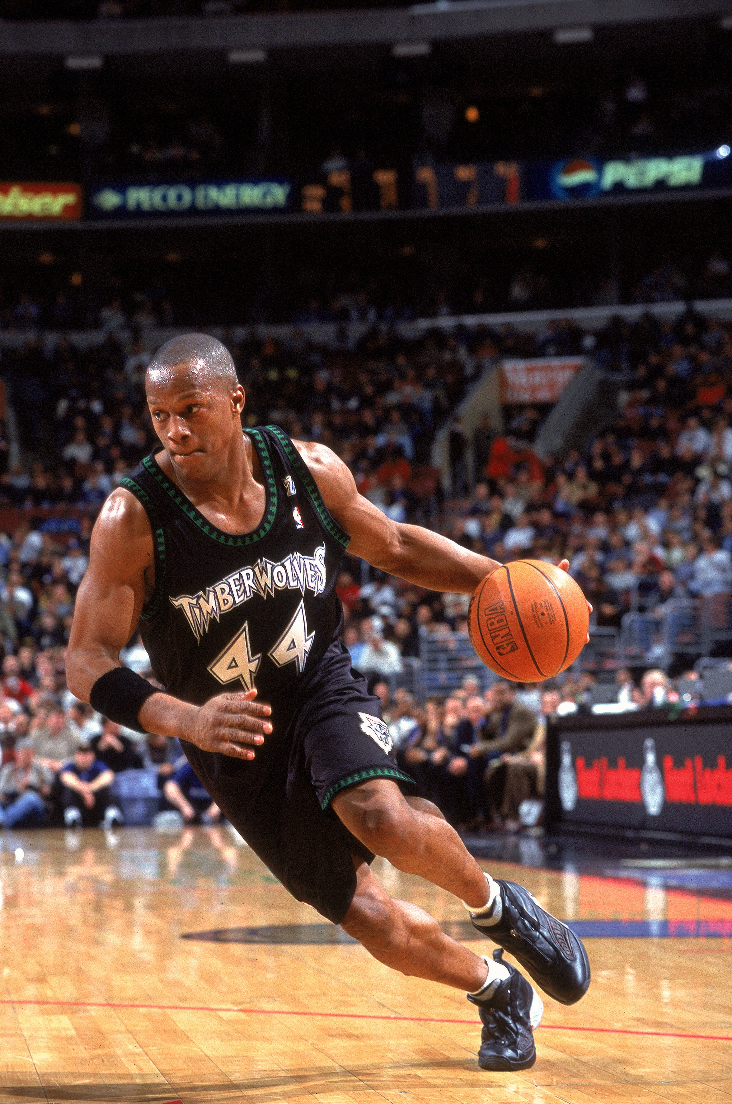 11 Dec 2000:  Anthony Peeler #44of the Minnesota Timberwolves takes the ball to the basket during the game against the Philadelphia 76ers at the First Union Center in Philadelphia, Pennsylvania. The Timberwolves defeated the 76ers 96-91. NOTE TO USER: It