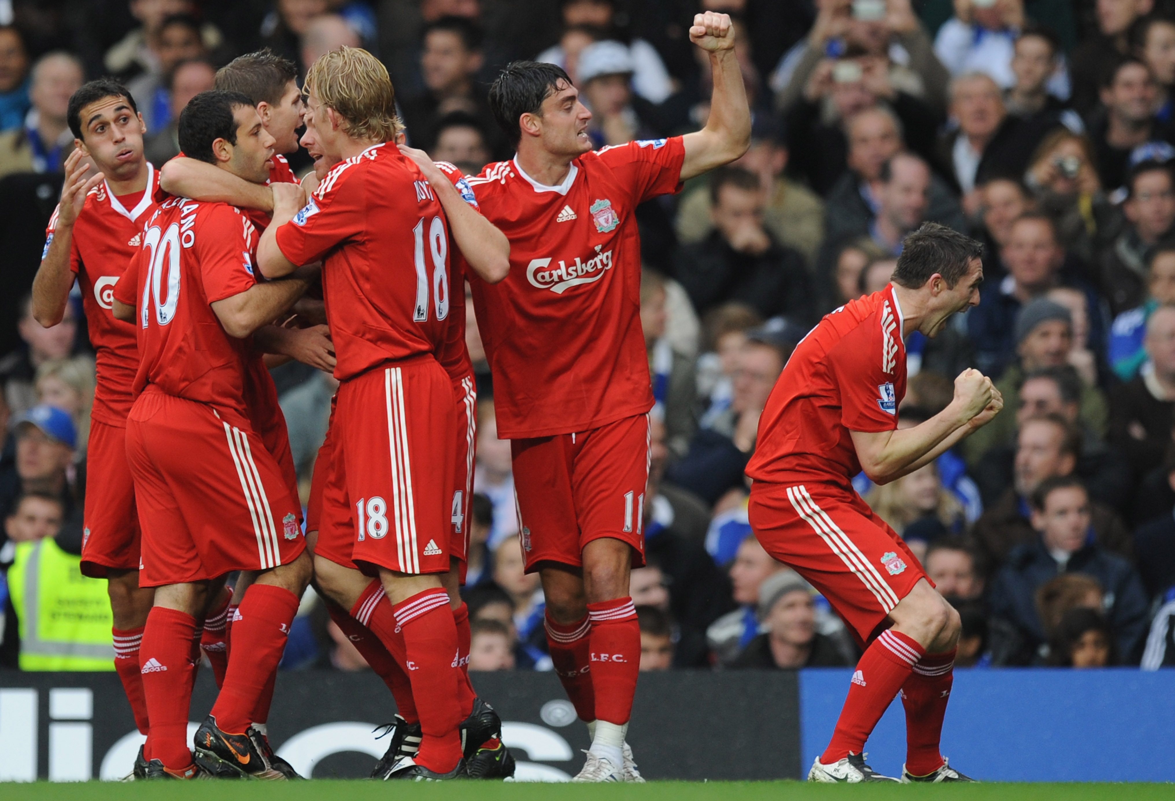 LONDON - OCTOBER 26: Robbie Keane of Liverpool celebrates with his team mates after Xabi Alonso of Liverpool scored the first goal during the Barclays Premier League match between Chelsea and Liverpool at Stamford Bridge on October 26, 2008 in London, Eng