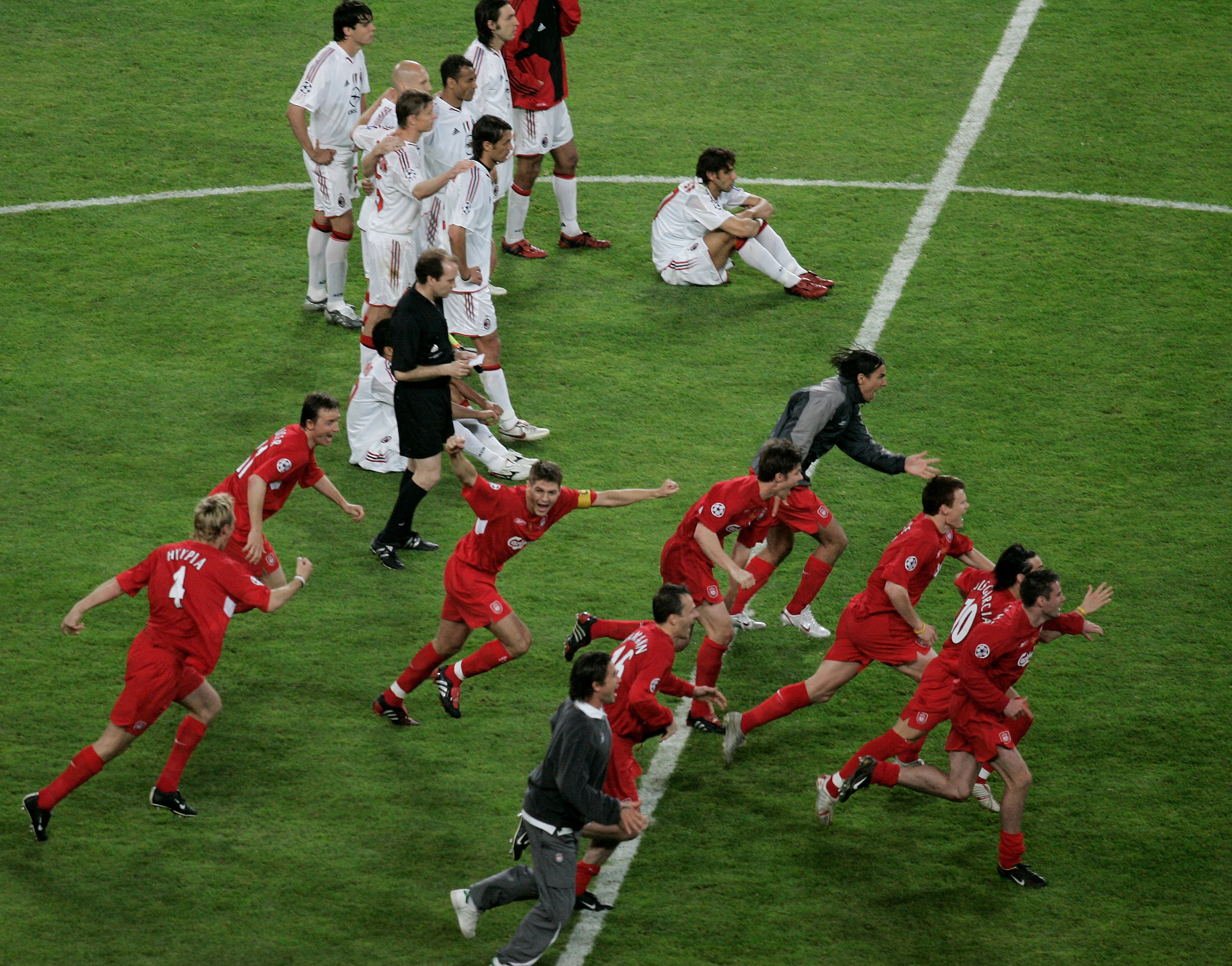 ISTANBUL, TURKEY - MAY 25: Liverpool celebrate after they won European Champions League final between Liverpool and AC Milan on May 25, 2005 at the Ataturk Olympic Stadium in Istanbul, Turkey.    (Photo by Getty Images/Getty Images)