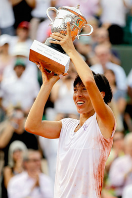 Francesca Schiavone, lifting the Women's Singles Champion trophy, at the 2010 French Open.