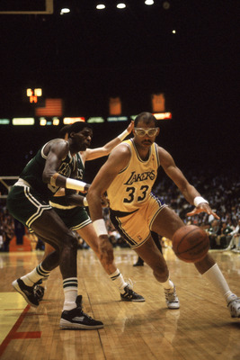 LOS ANGELES - 1987:  Kareem Abdul-Jabbar #33 of the Los Angeles Lakers drives past Robert Parish #00 of the Boston Celtics during an NBA Finals game at the Great Western Forum in Los Angeles, California in 1987. (Photo by: Mike Powell/Getty Images)