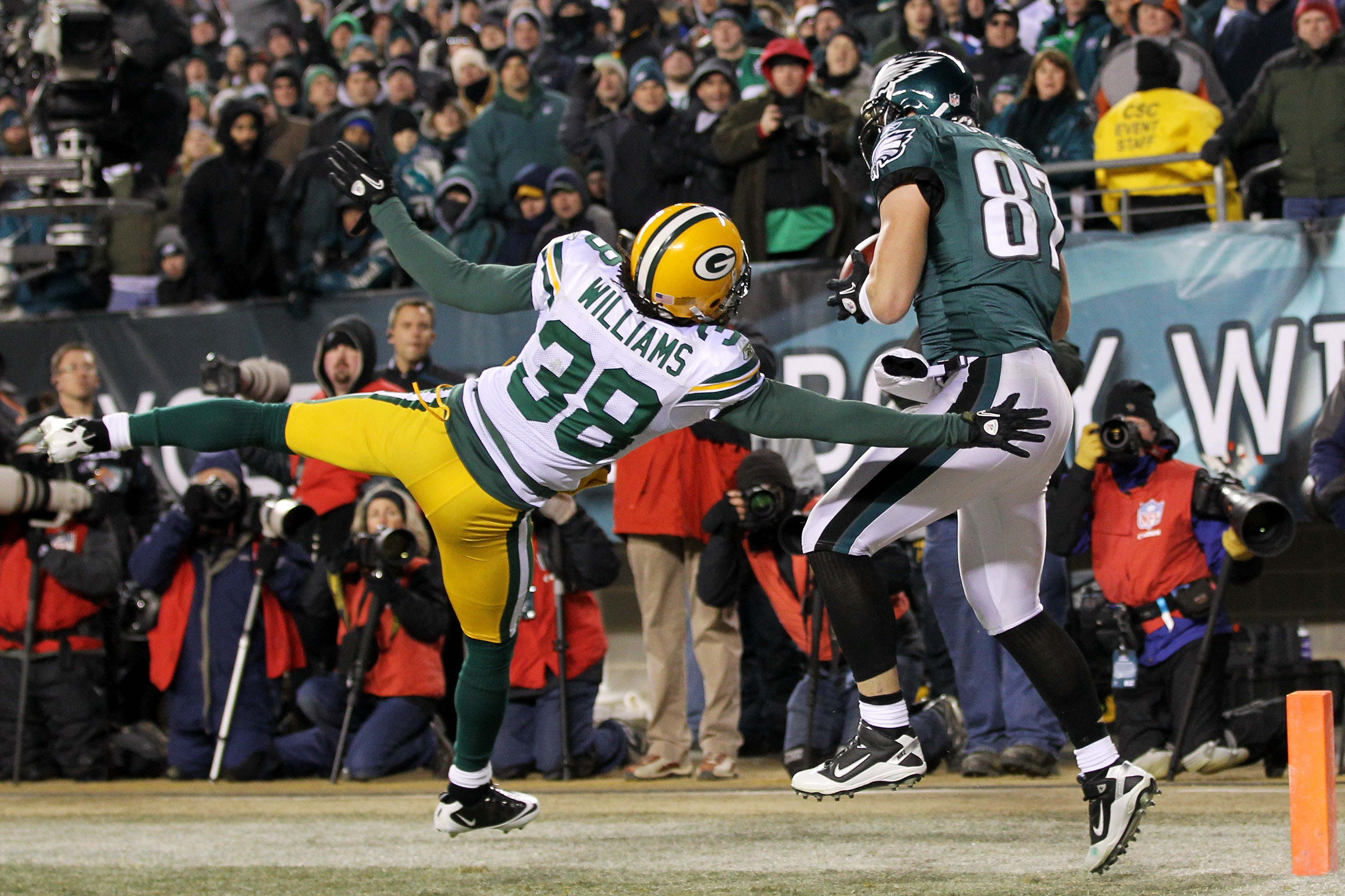 PHILADELPHIA, PA - JANUARY 09:  Brent Celek #87 of the Philadelphia Eagles completes a two-point conversin pass against Tramon Williams #38 of the Green Bay Packers which didn't score due to a penalty on Celek during the 2011 NFC wild card playoff game at