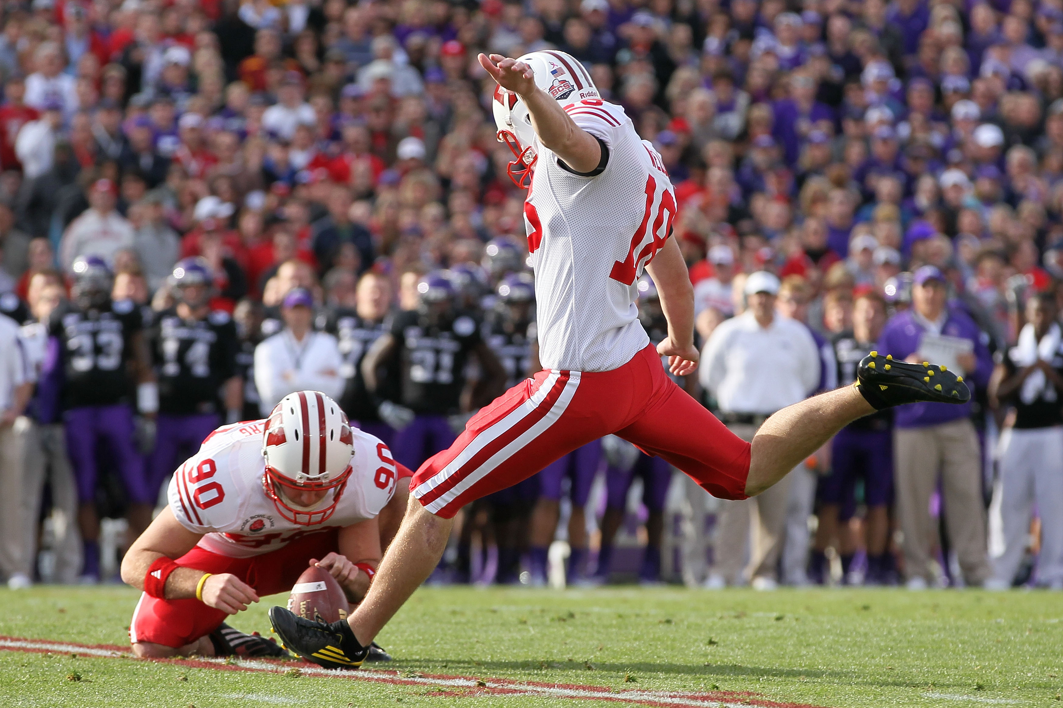 PASADENA, CA - JANUARY 01:  Kicker Philip Welch #18 of the Wisconsin Badgers attempts a field goal against the TCU Horned Frogs during the 97th Rose Bowl game on January 1, 2011 in Pasadena, California.  (Photo by Jeff Gross/Getty Images)