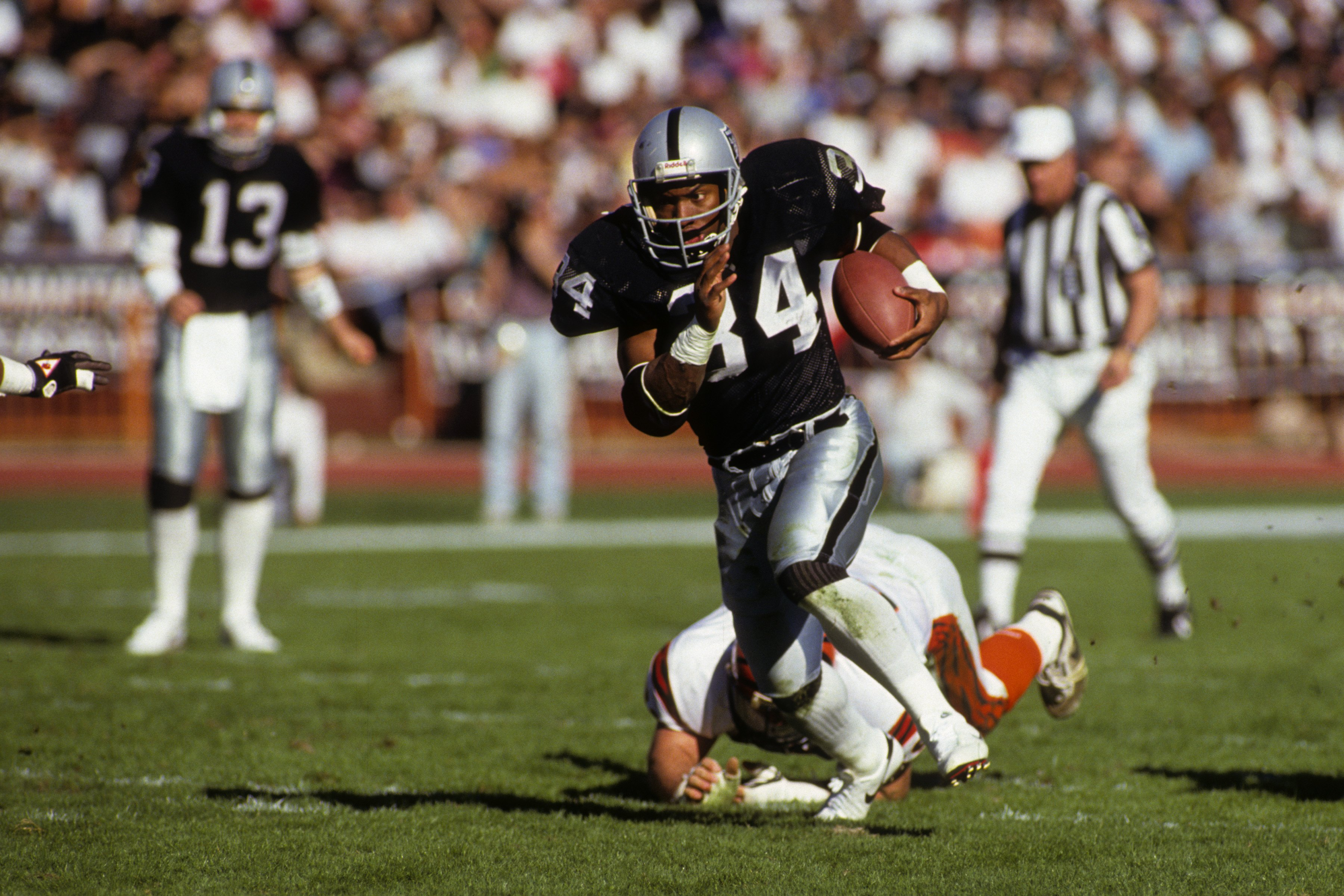 LOS ANGELES - JANUARY 13:  Running back Bo Jackson #34 of Los Angeles Raiders breaks free on the open field against the Cincinnati Bengals defense during the 1990 AFC Divisional Playoffs at the Los Angeles Memorial Coliseum on January 13, 1991 in Los Ange