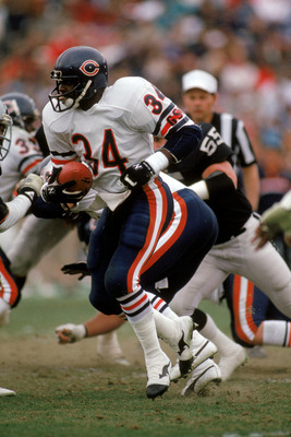 LOS ANGELES - DECEMBER 27:  Running back Walter Payton #34 of the Chicago Bears rushes for yards in his last regular season game on December 27, 1987 against the Los Angeles Raiders at the Los Angeles Memorial Coliseum in Los Angeles, California.  The Bea